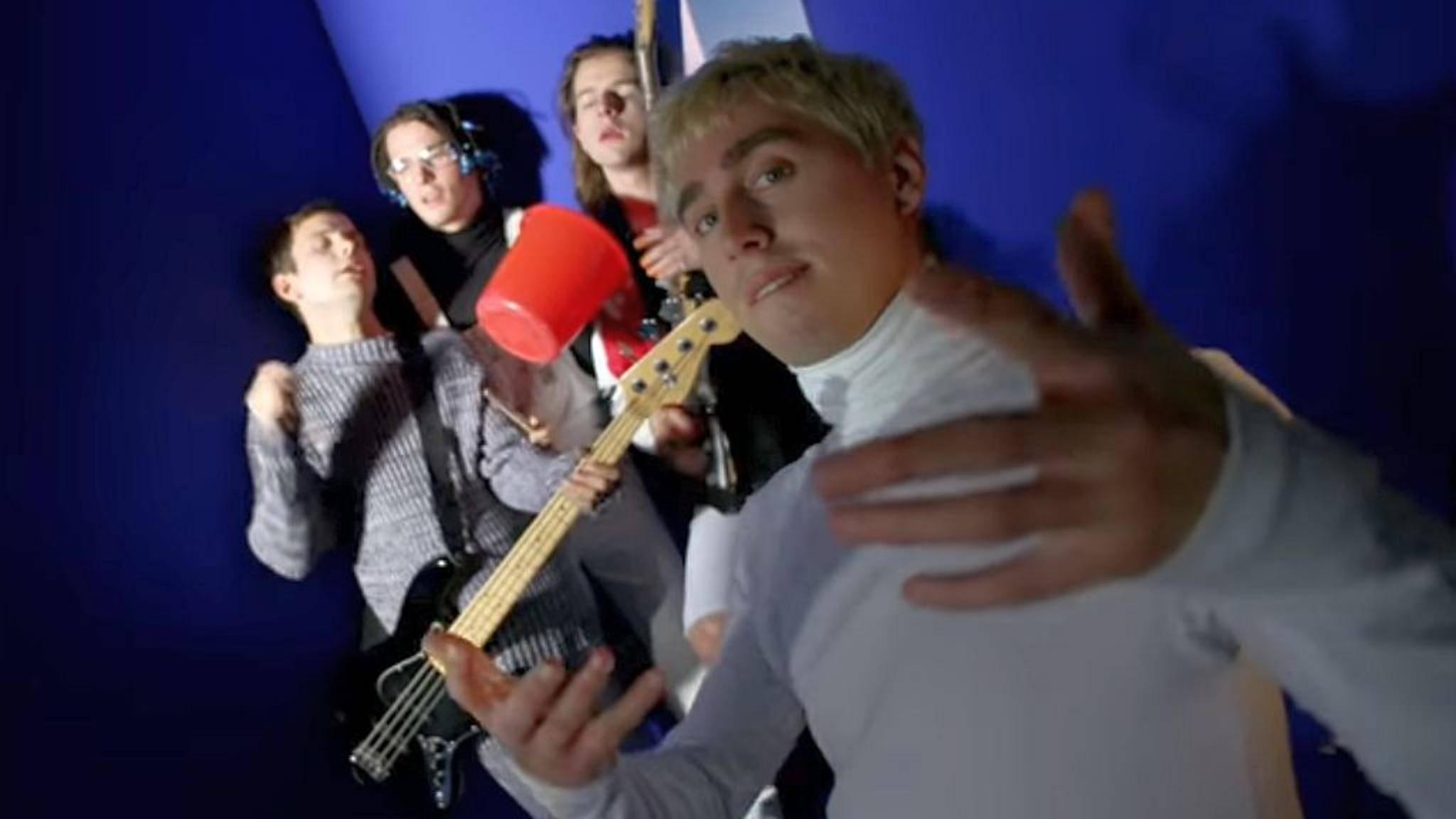 """The boys are back: Bilderbuch posieren selbstironisch im Musikvideo zur neuen Single """"Bungalow""""."""
