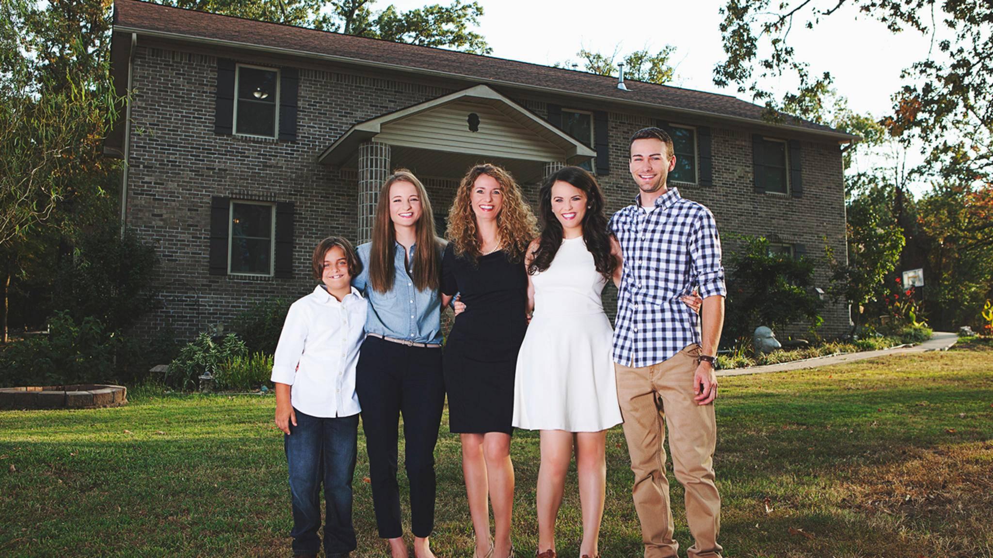 Stolz: Cara Brookins und ihre Familie vor ihrem komplett selbstgebauten Haus.