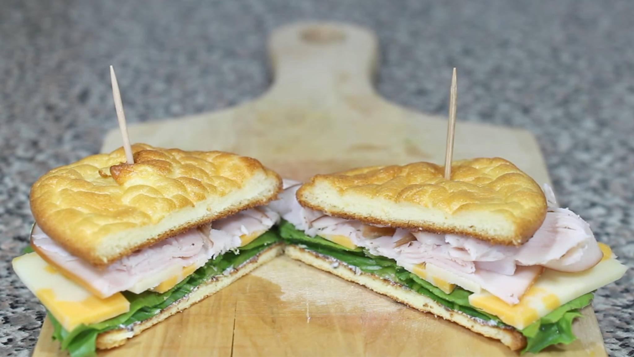 Im Nu verputzt: Cloud Bread lässt sich mit süßem oder herzhaftem Belag genießen.