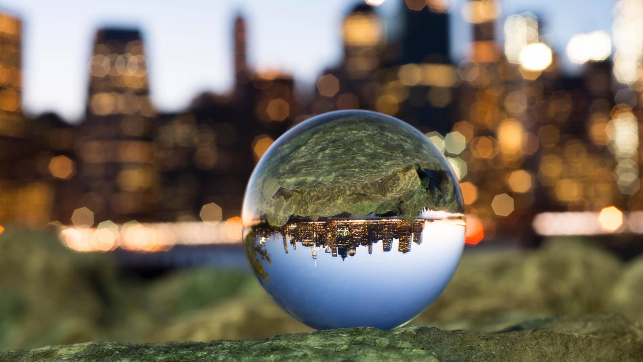 Bei der Glaskugel-Fotografie ist das Motiv in der Kugel meist scharf, während es im Hintergrund stark verschwommen erscheint.