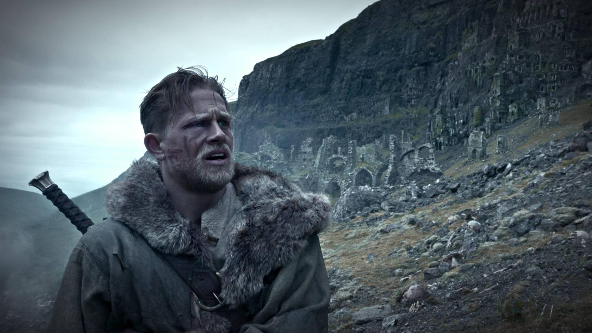 Charlie Hunnam wird im neuen Film von Guy Ritchie zu King Arthur.