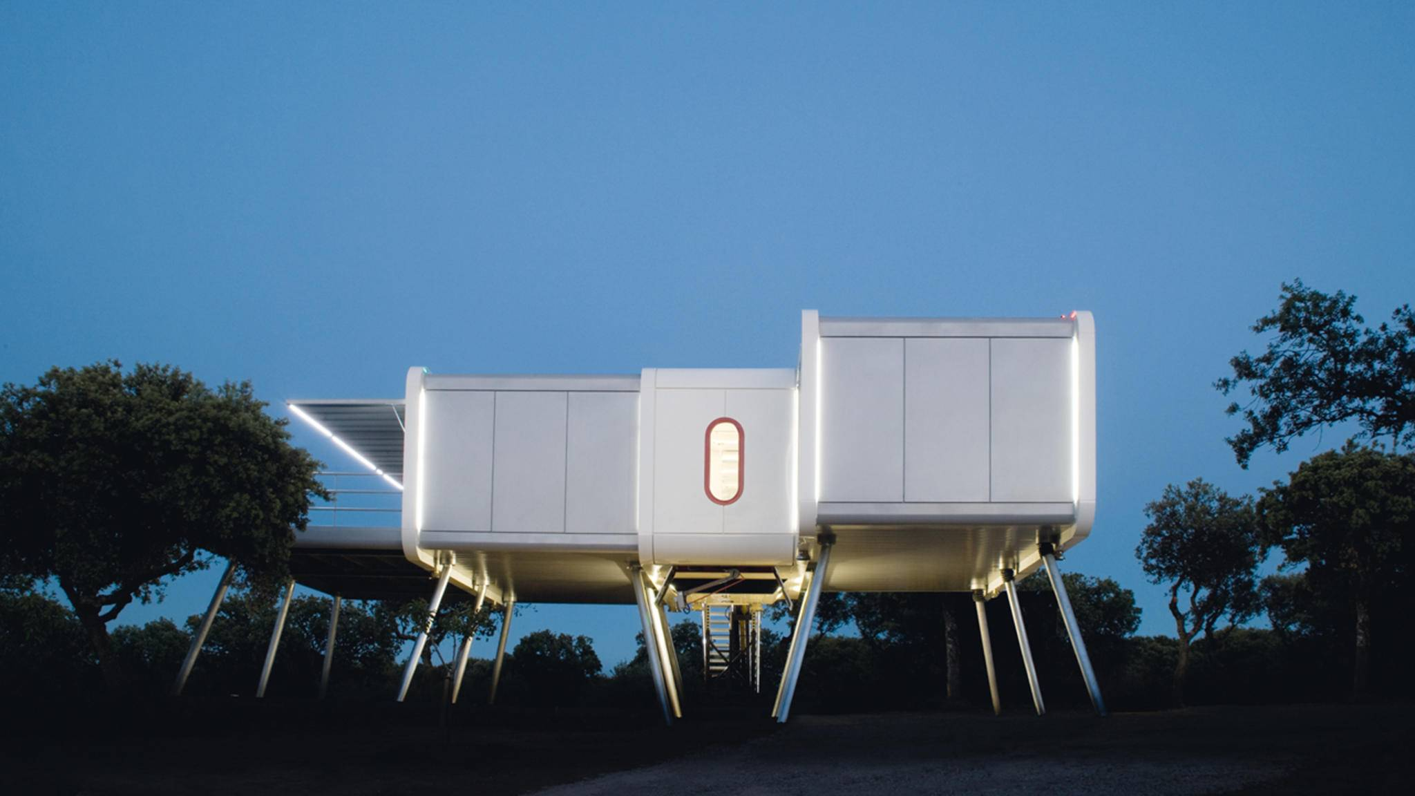 Echt abgehoben: Das metallene Spaceship-Home hält nicht nur technologisch, sondern auch äußerlich, was sein Name verspricht.