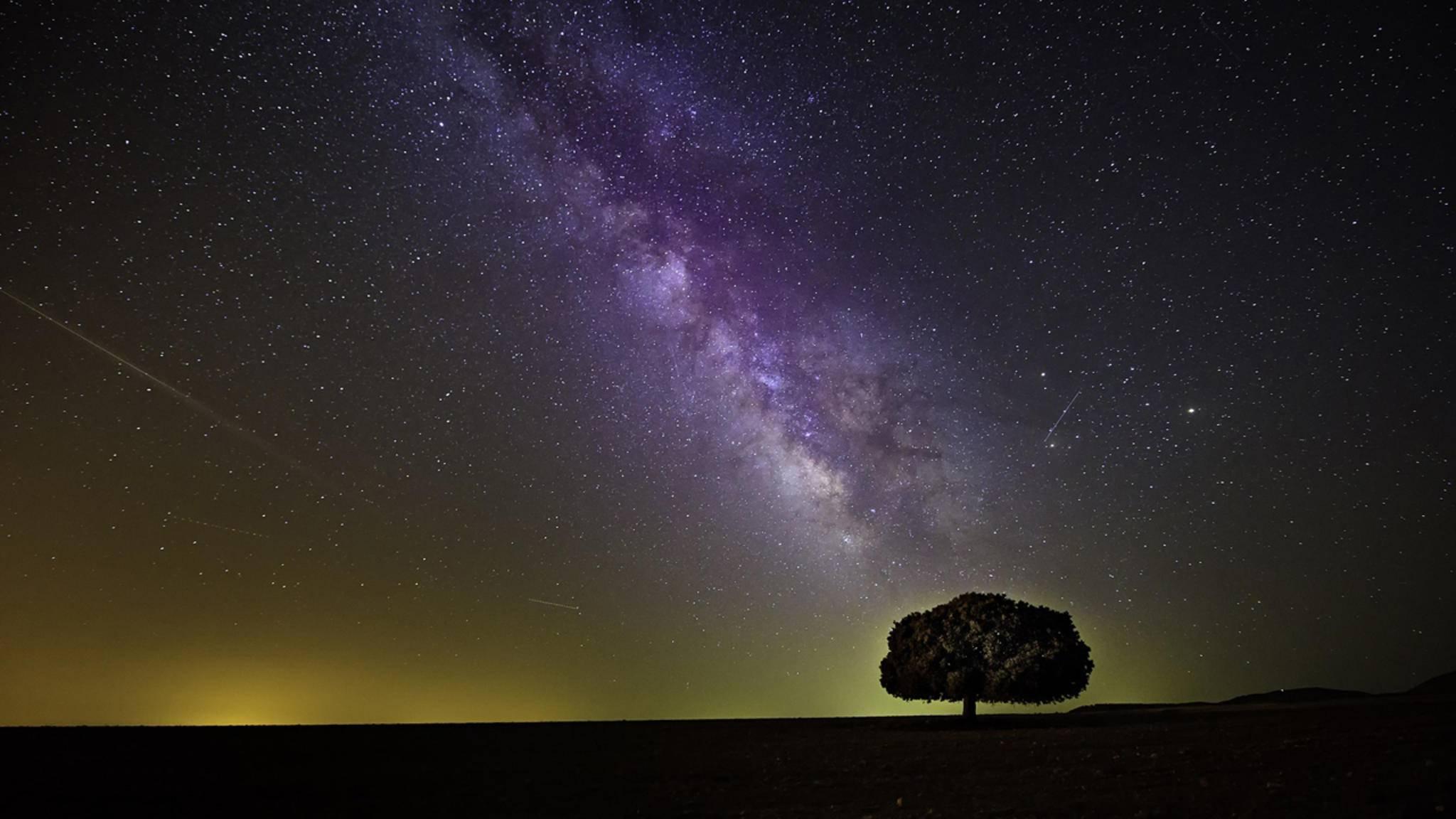 Den besten Blick auf die Milchstraße hast Du in der freien Natur – fernab von hellen Städten.