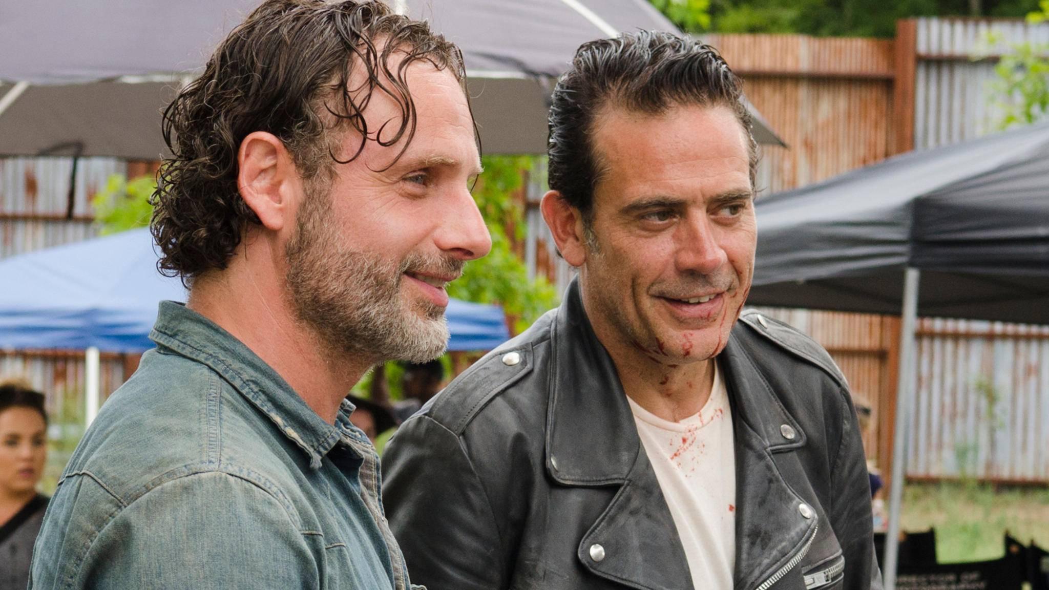 """Gute Stimmung am Set von """"The Walking Dead"""": Rick und Negan."""