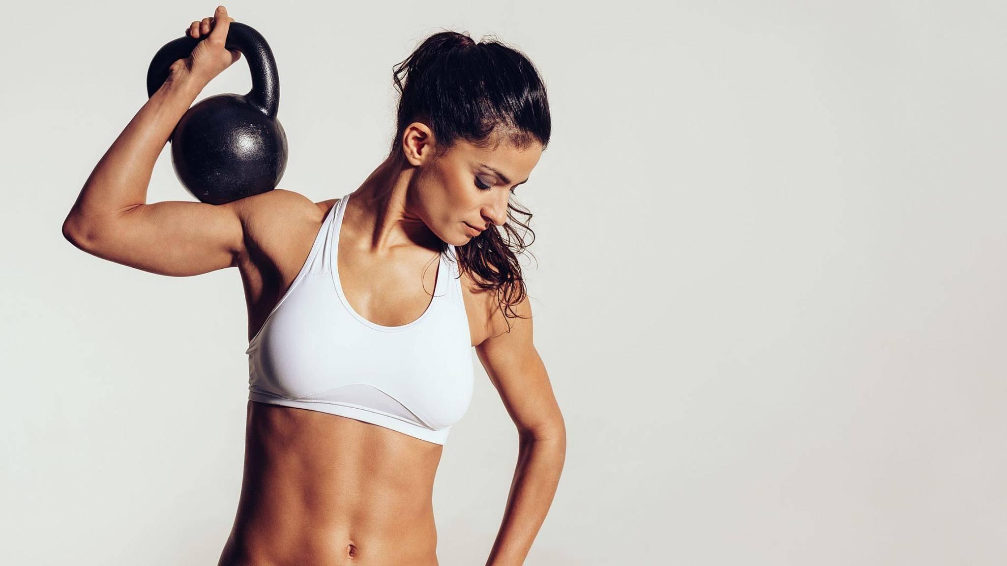 Kugelhanteln liegen seit einigen Jahren voll im Fitnesstrend.