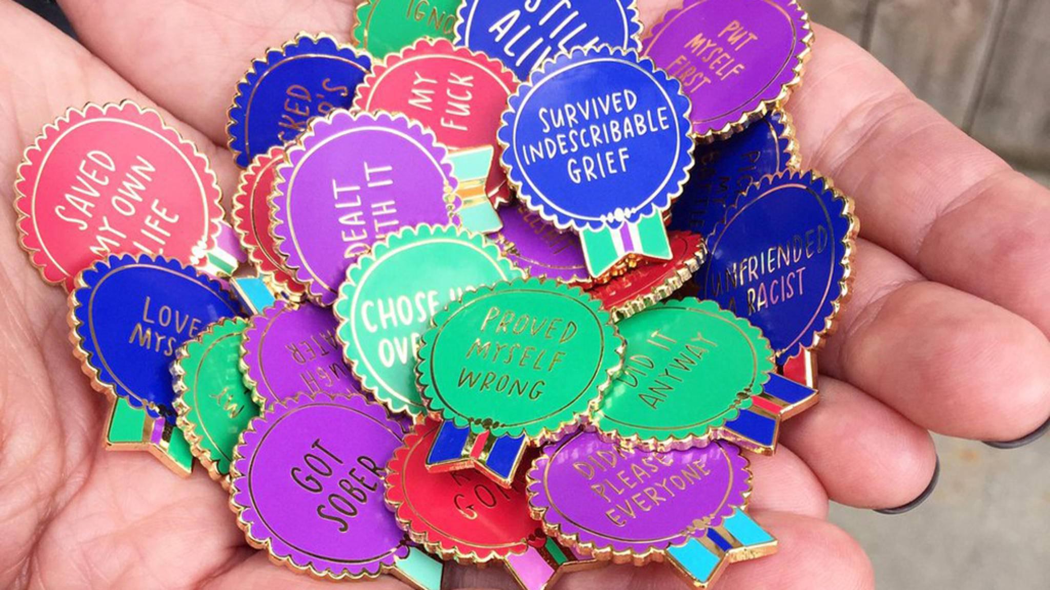 Die Buttons von Emily McDowell sind nicht nur dekorativ, sondern auch wahre Siegesbeweise.