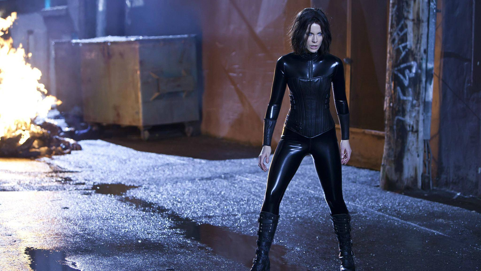 """Kate Beckinsale gibt in """"Underworld: Blood Wars"""" wieder die sexy Vampirin im Leder-Bodysuit."""