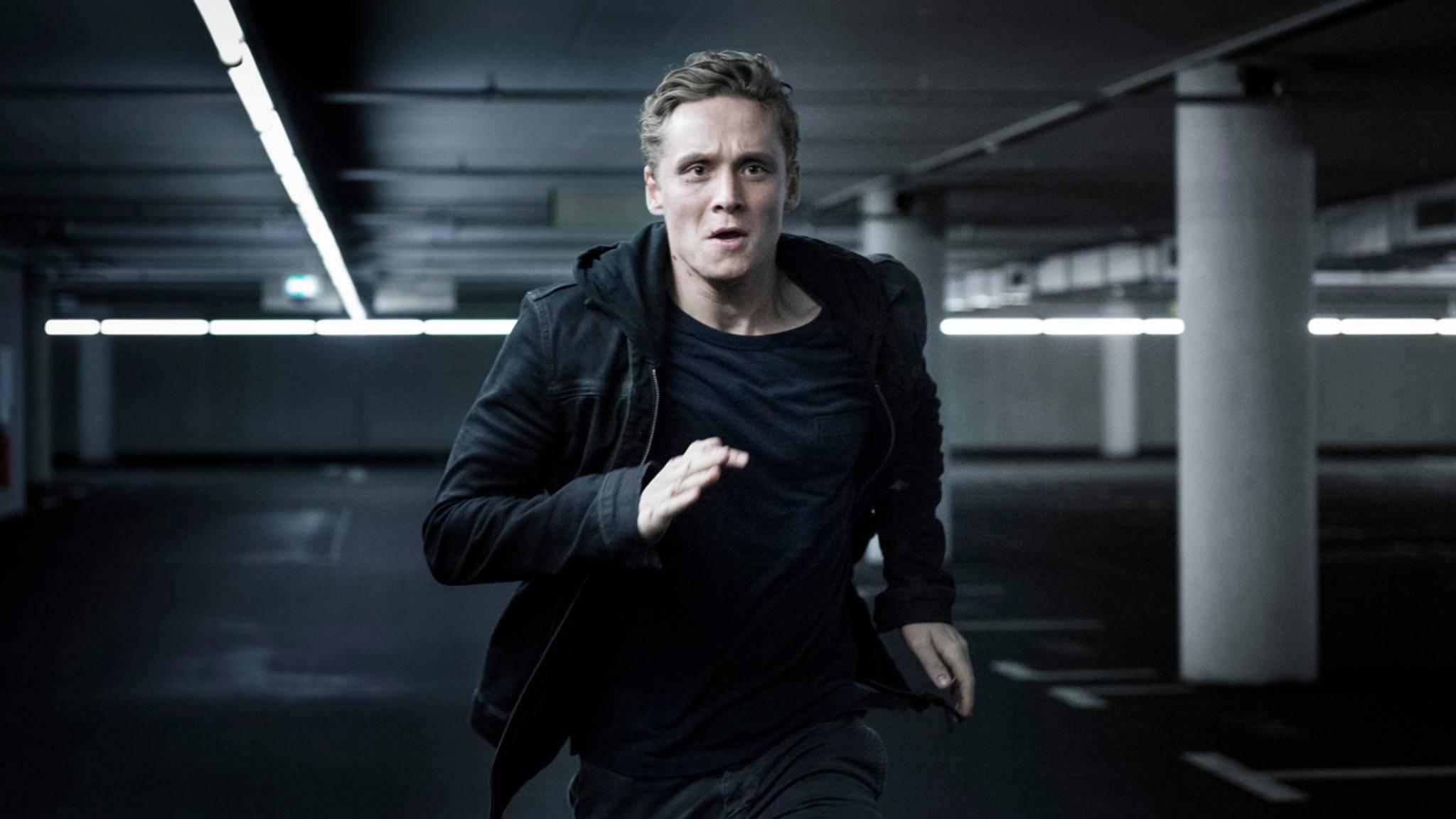 """In der Hacker-Thriller-Serie """"You Are Wanted"""" präsentiert sich Matthias Schweighöfer von seiner ernsten Seite."""