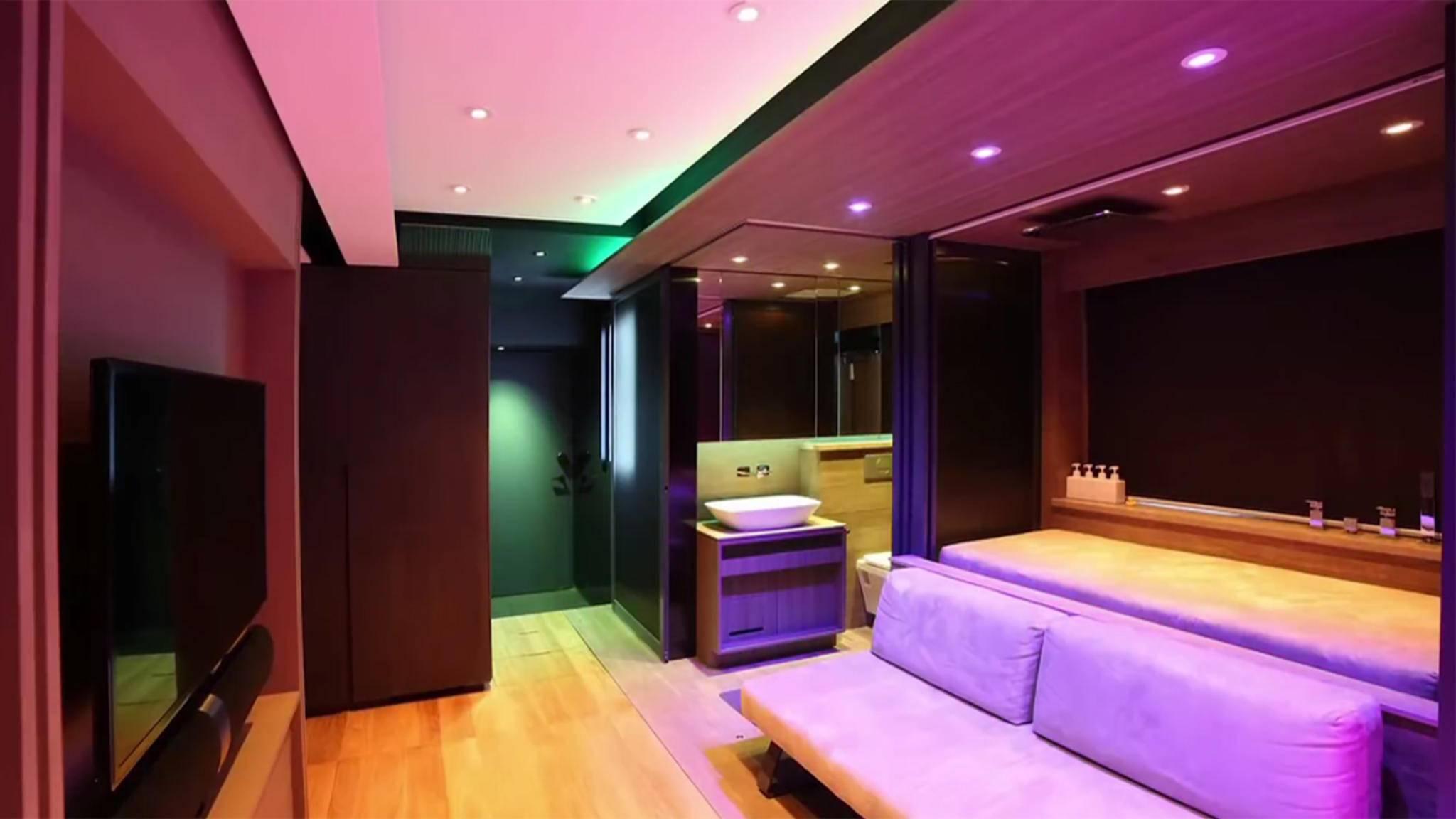 Stimmige Beleuchtung trägt dazu bei, dass das 28-Quadratmeter-Apartment größer aussieht, als es ist.