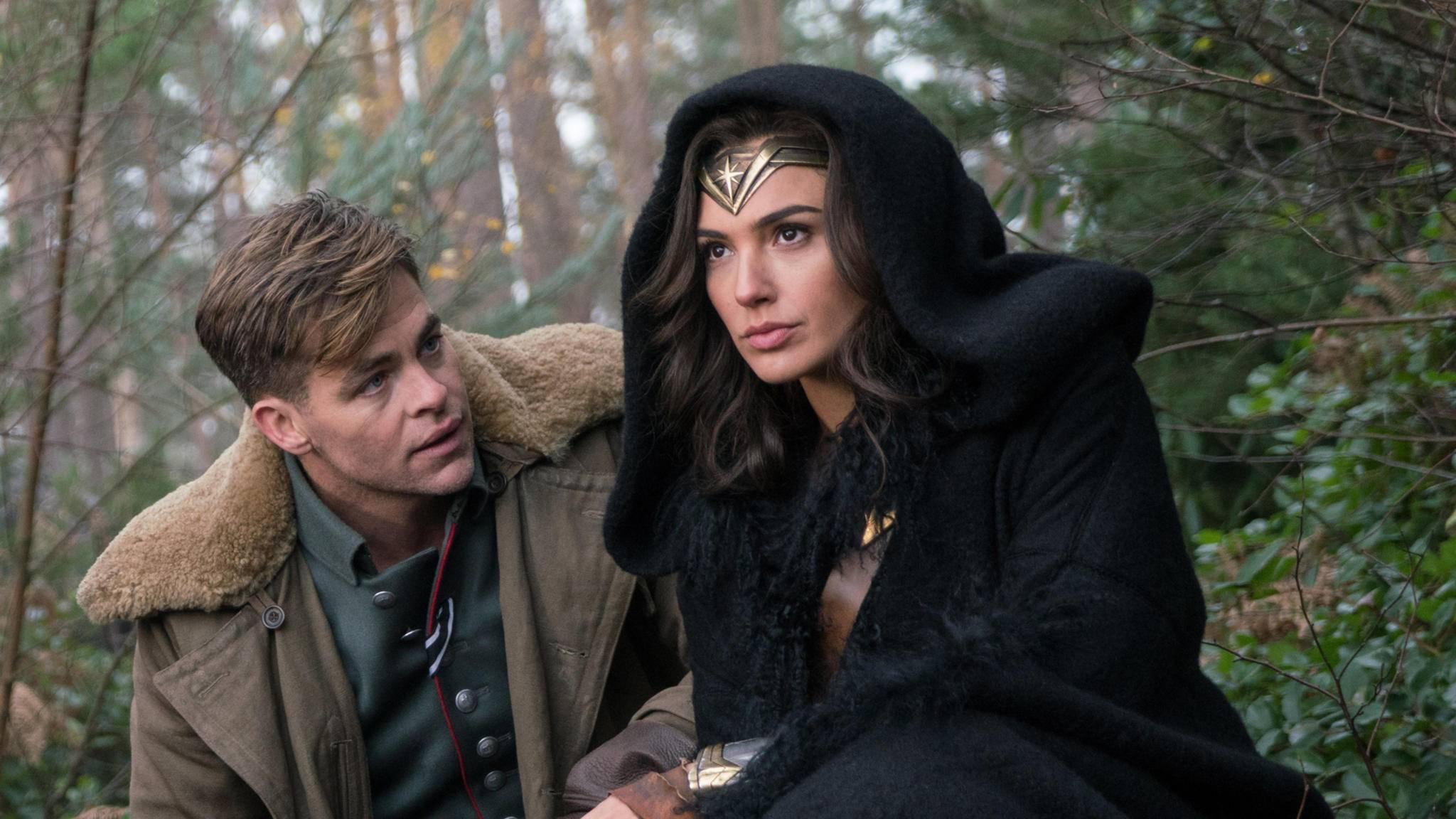 """Die Chemie auf der Leinwand stimmte: Chris Pine und Gal Gadot wurden als Steve Trevor und Diana Prince in """"Wonder Woman"""" zum tragischen Traumpaar."""