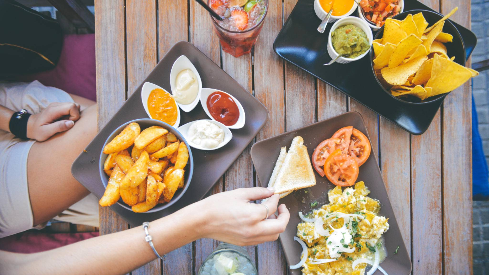 Eine neue Studie zeigt: Wer sich ungesundes Essen selbst beschaffen muss, isst weniger.