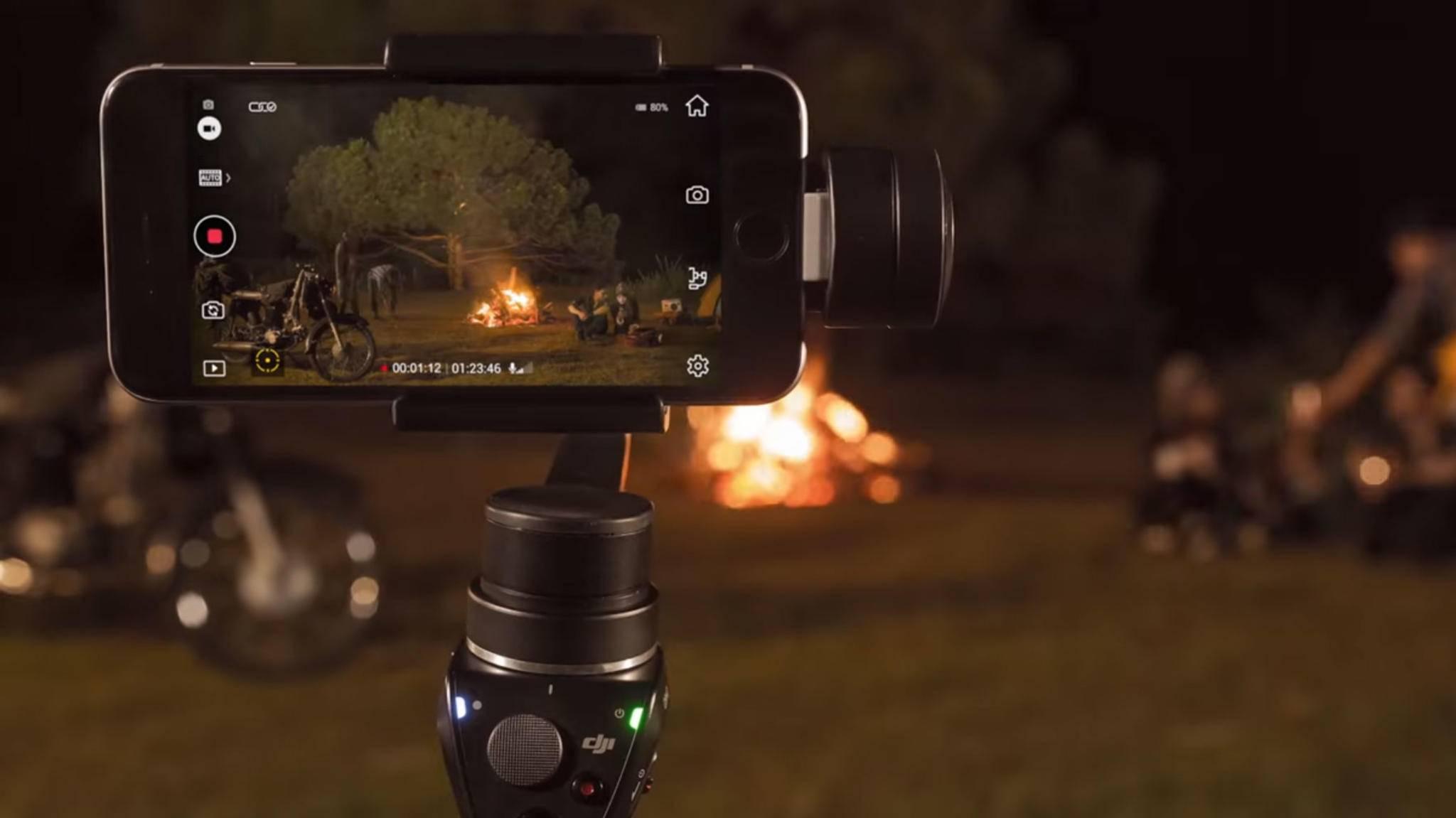 Ein Stativ ist quasi Pflicht – und mit einem Gimbal für Smartphones gelingen auch bewegte Aufnahmen.