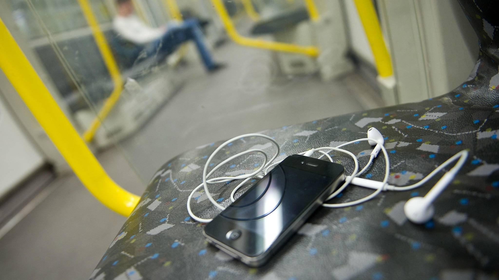 Ein Moment der Unachtsamkeit reicht schon, um das teure iPhone aus Versehen liegen zu lassen.