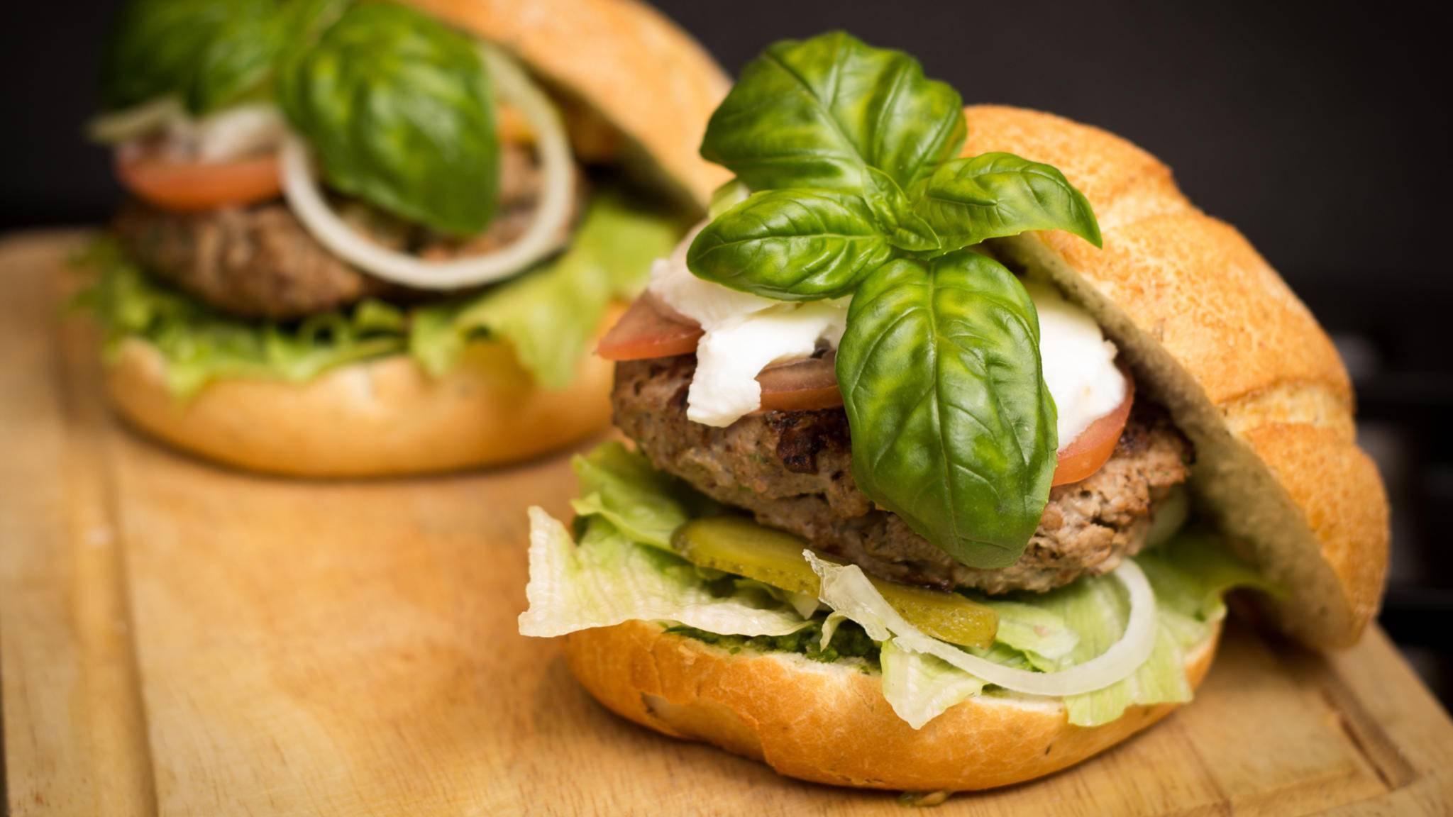 Das Hack für Deinen Burger kannst Du auch ohne Fleischwolf selber machen.