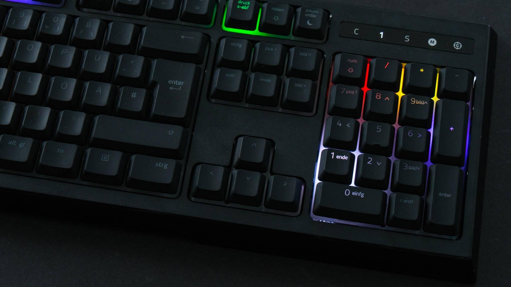 Die RGB-Beleuchtung von individuellen Tasten wie bei der Razer Ornata Chroma kann für Spielereien eingesetzt werden, aber auch einen gewissen praktischen Nutzen haben.