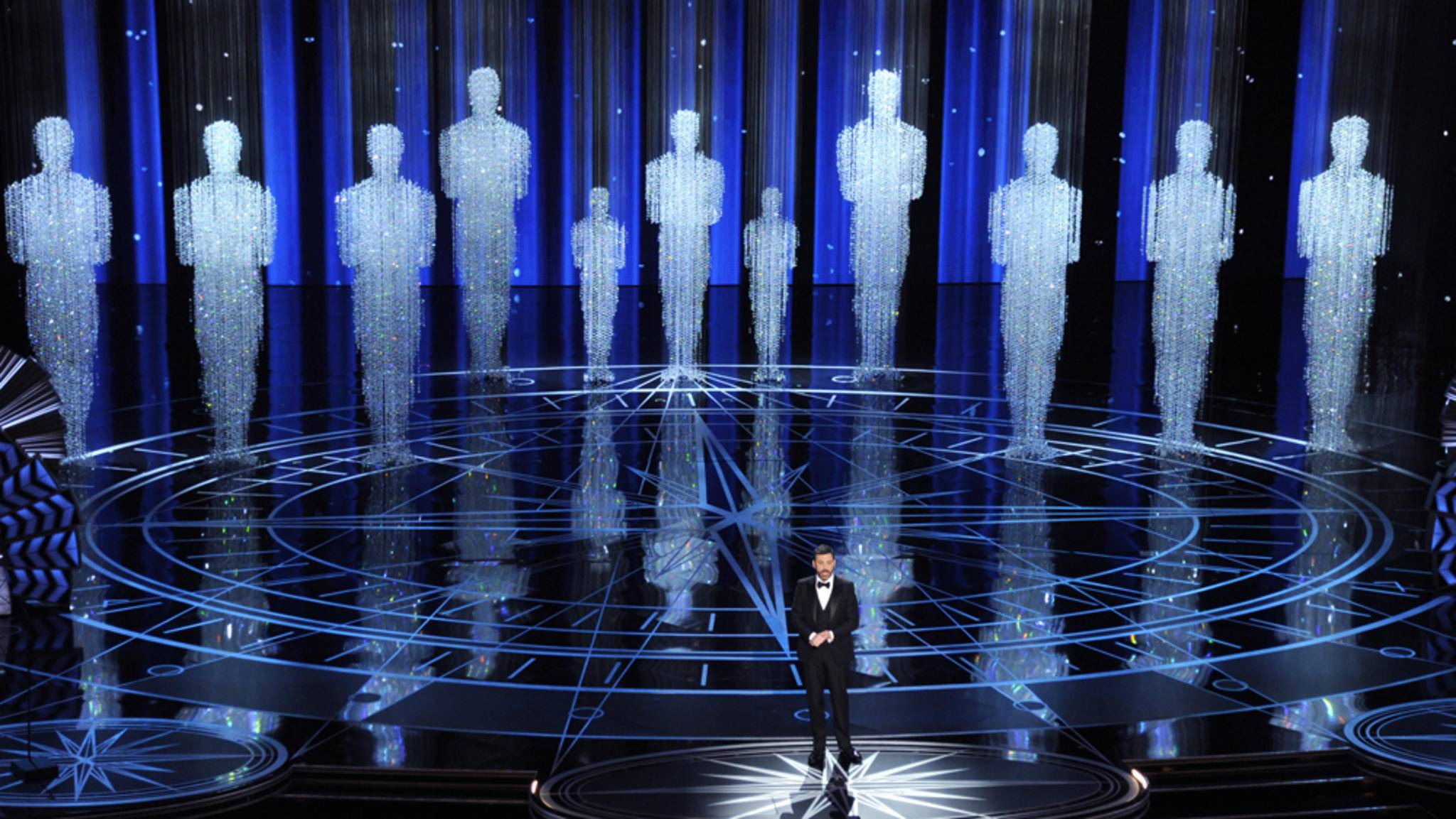 Aufwendige Bühnenshow: Moderator Jimmy Kimmel im Schatten der Oscar-Statue.