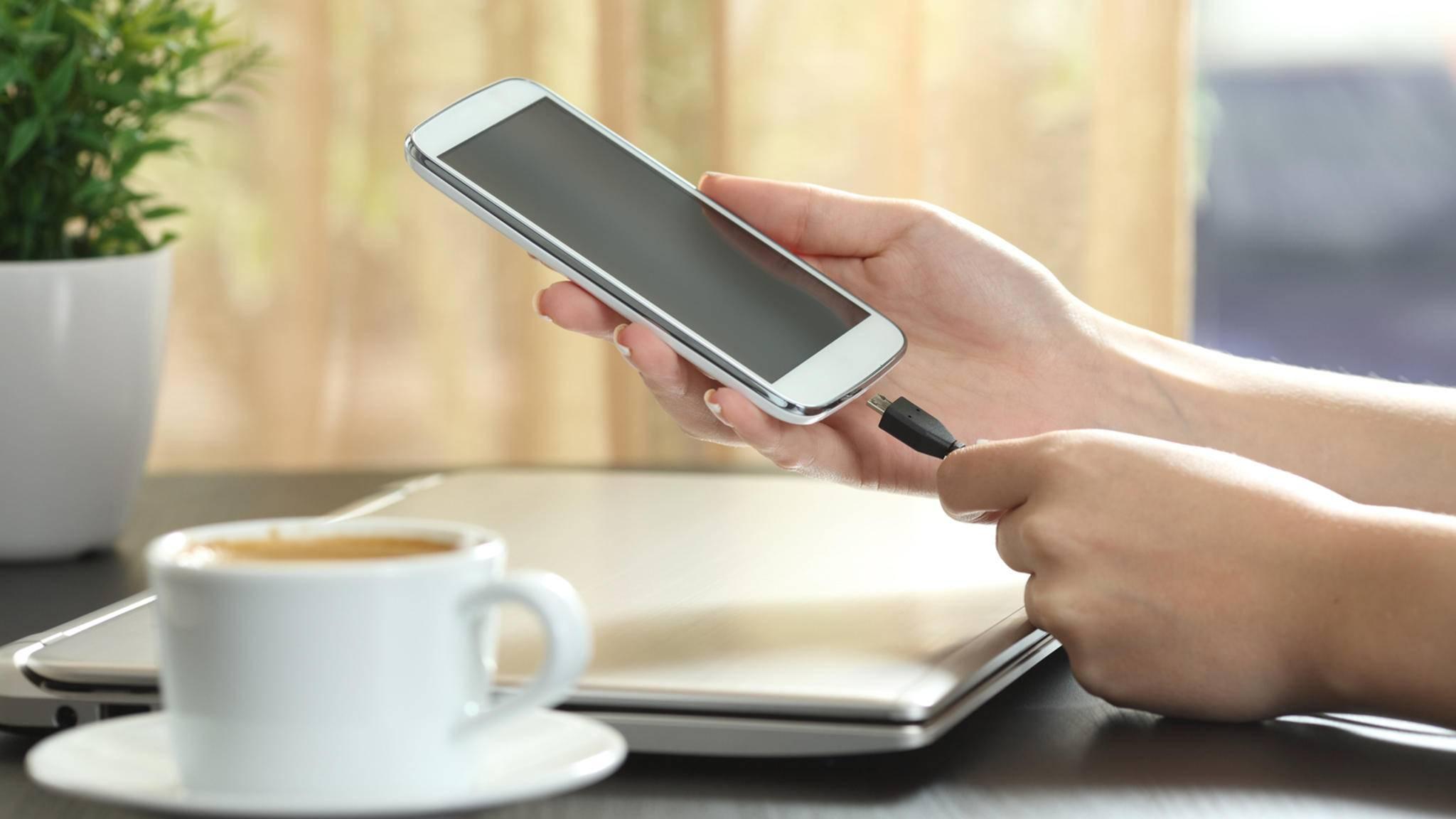"""Im """"Terrassencafé"""" in Wien werden Kunden für das Aufladen ihrer Smartphones zur Kasse gebeten."""