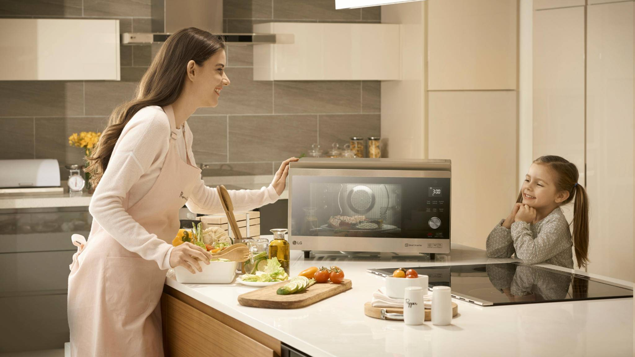 LG stellt neue Produkte für den Haushalt vor – unter anderem eine schicke Design-Mikrowelle.