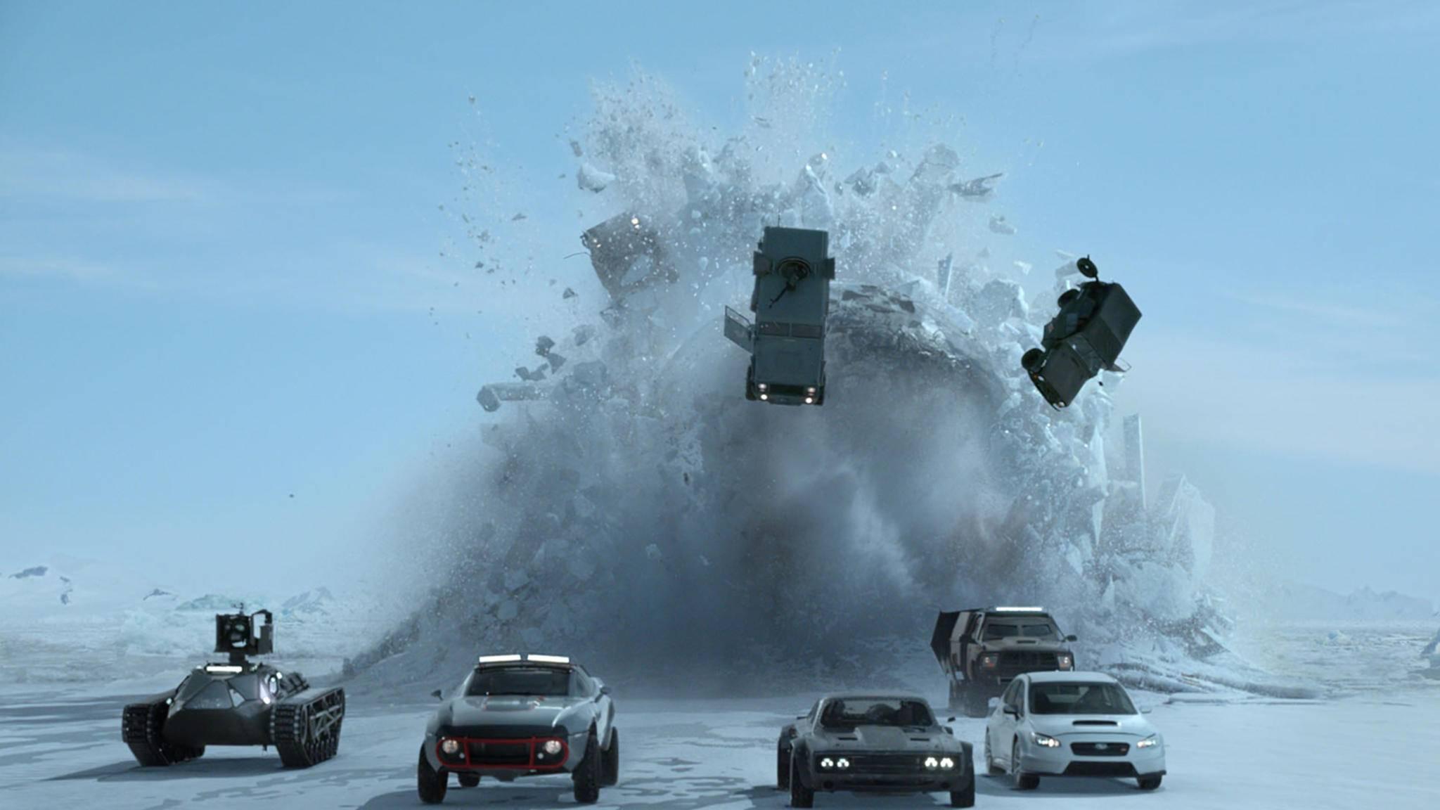 """Solche Actionszenen wird Helen Mirren in """"Fast and Furious 8"""" wohl eher ihrem Filmsohn Jason Statham überlassen."""