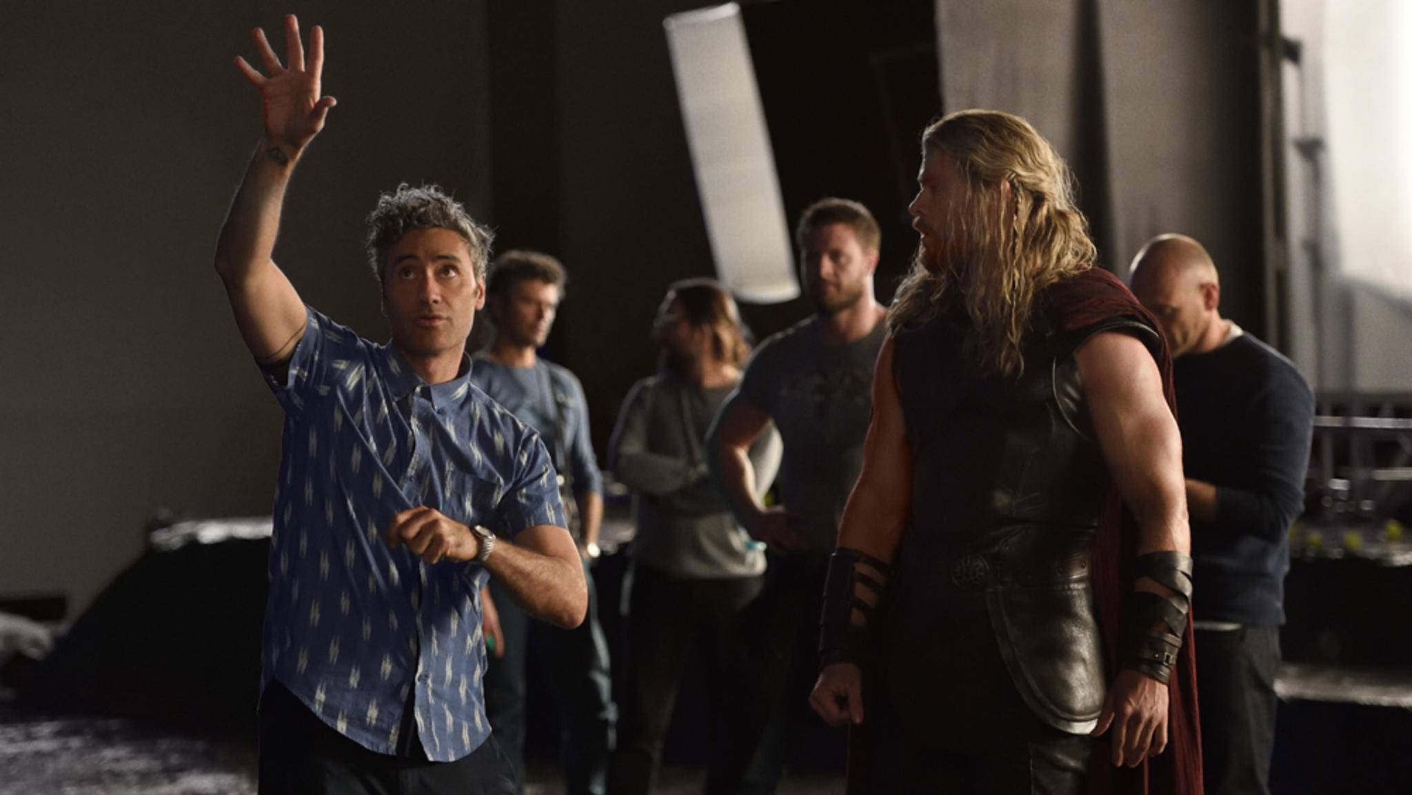 "Chris Hemsworth (r.) am Set von ""Thor: Ragnarok"""