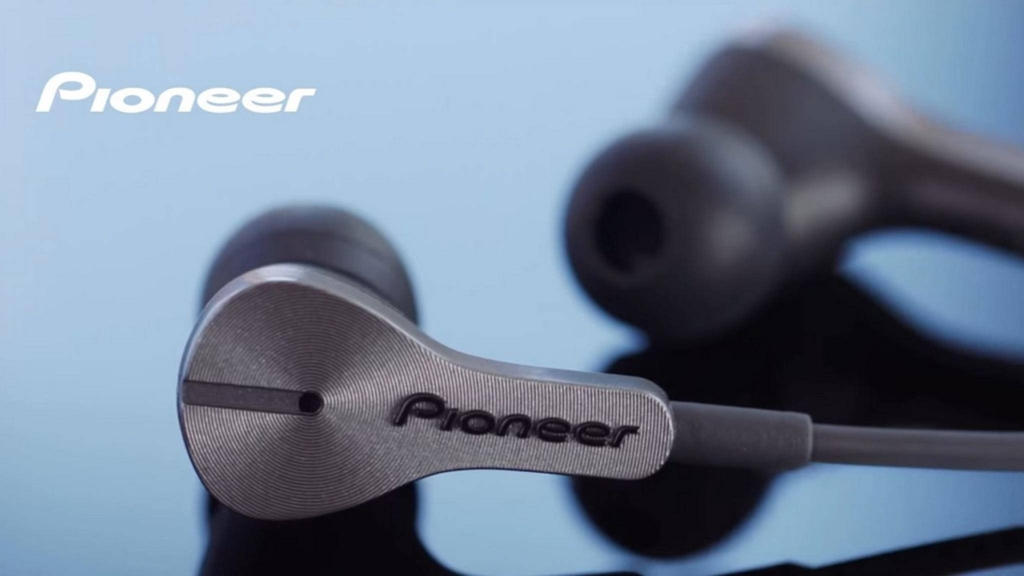 Die Pioneer Rayz werden per Lightning-Kabel ans iPhone angeschlossen.