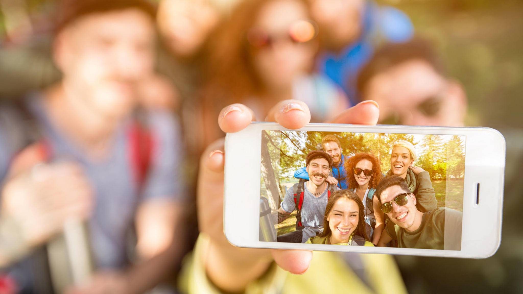 Wenn Du auf Deinem iPhone Selfies spiegeln willst, geht das nur über eine separate App.
