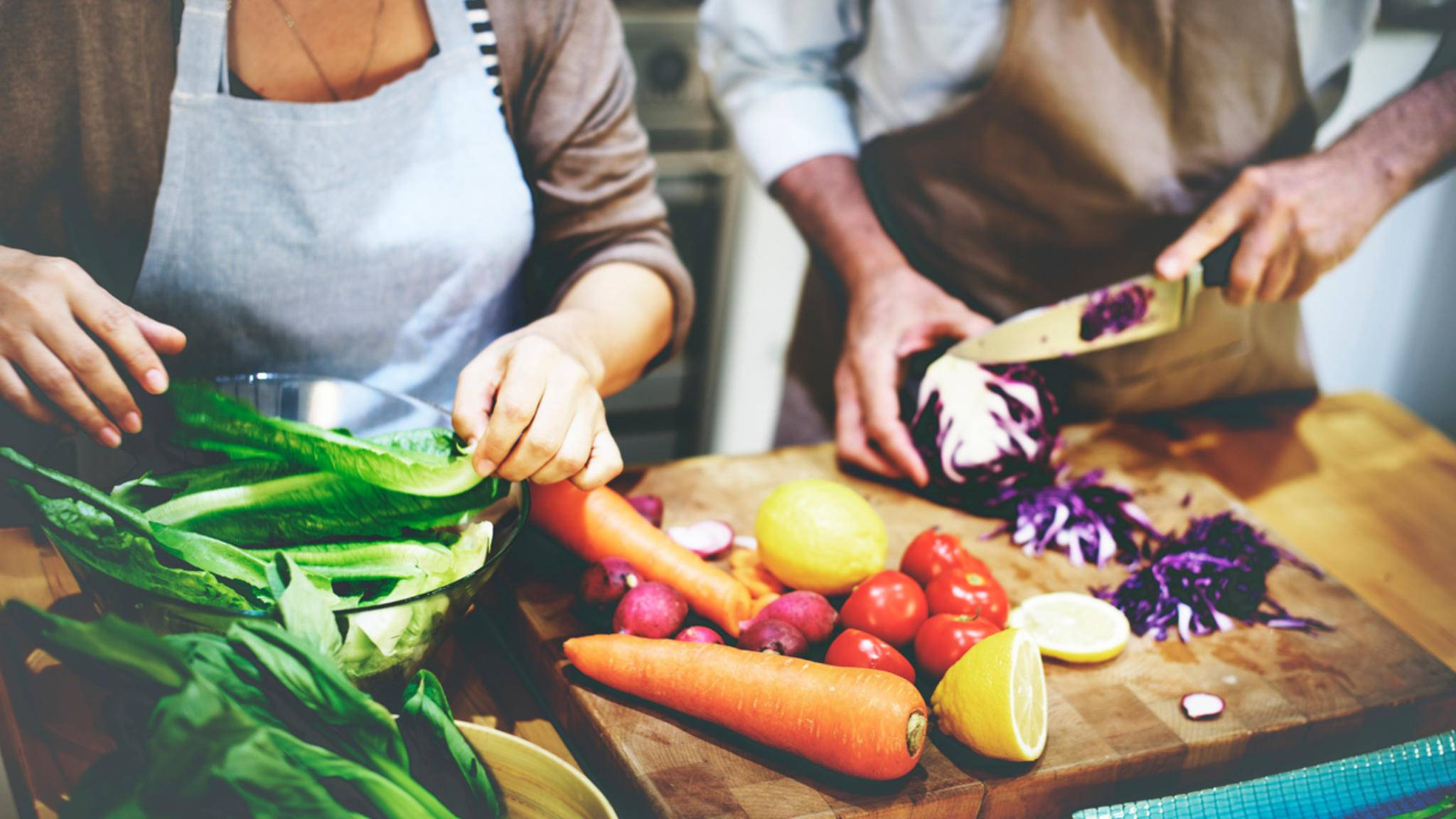 Frische Zutaten, selbst zubereitet – ein guter Startpunkt für eine gesunde und günstige Ernährung!