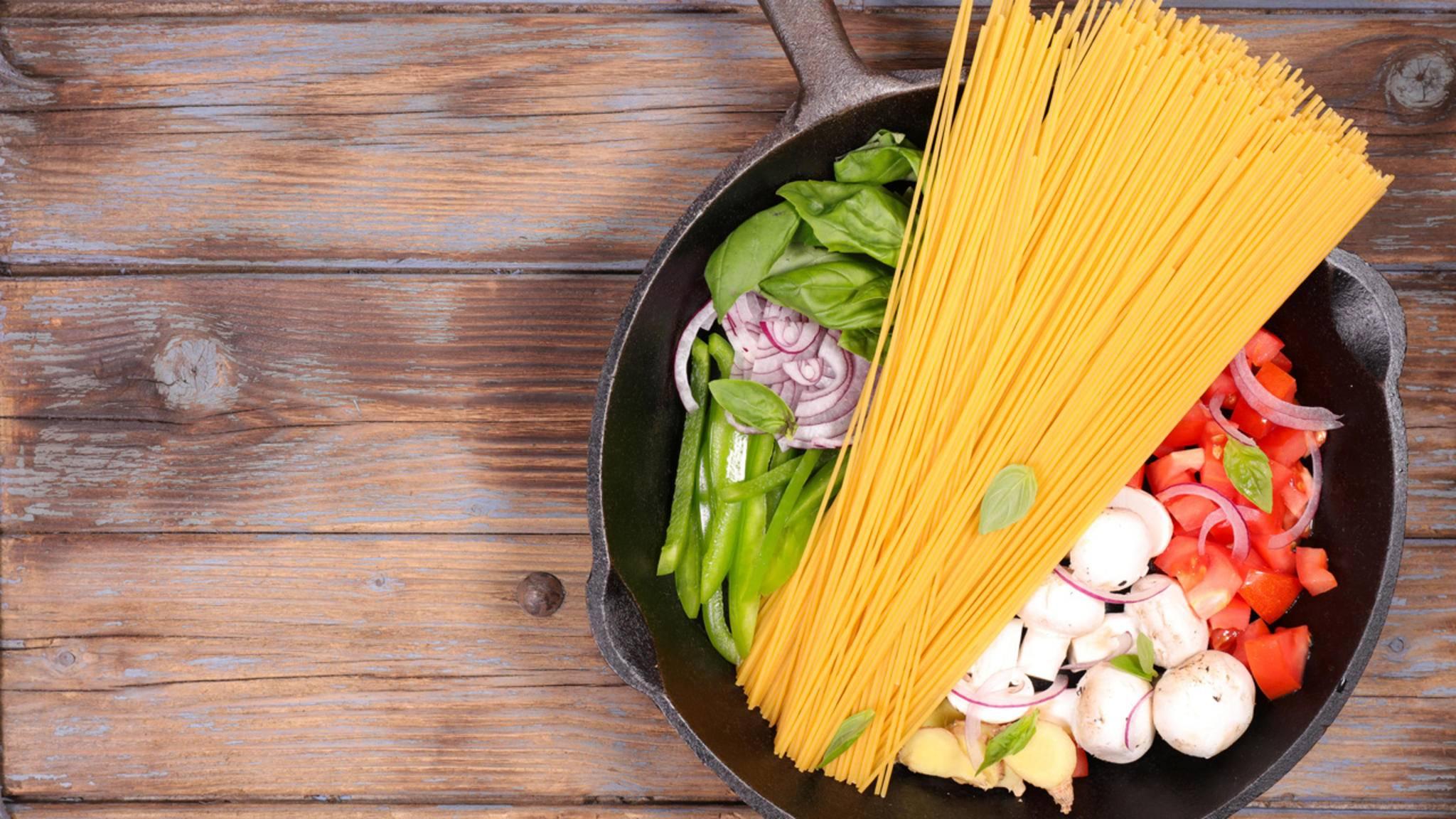 Alles rein in den Topf und rauf auf den Herd: One-Pot-Gerichte bestechen meist durch wenig Aufwand in der Zubereitung.