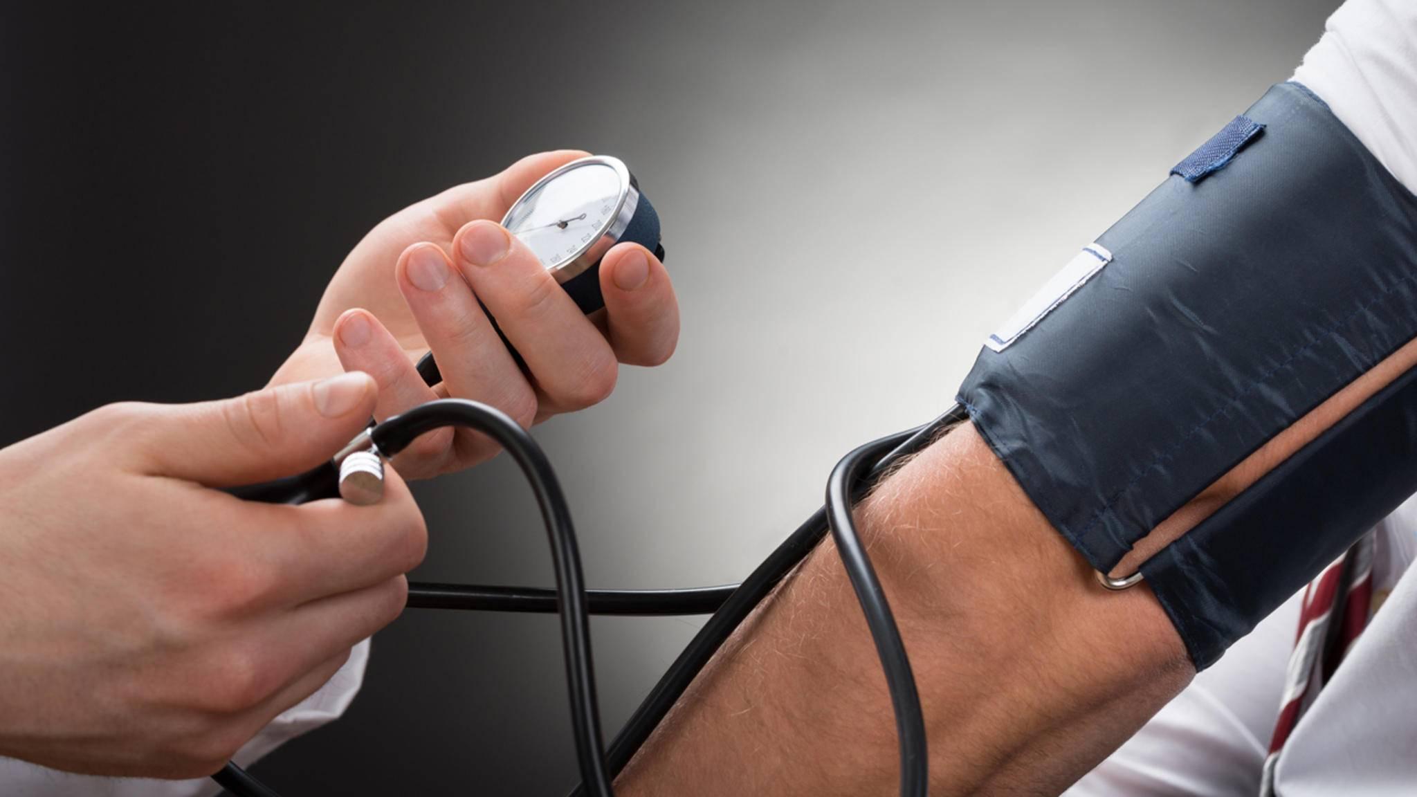 Mit einem entsprechenden Messgerät kannst Du Deinen Blutdruck auch zu Hause protokollieren. Zuverlässige Geräte und richtiges Messen sind dabei aber essenziell!