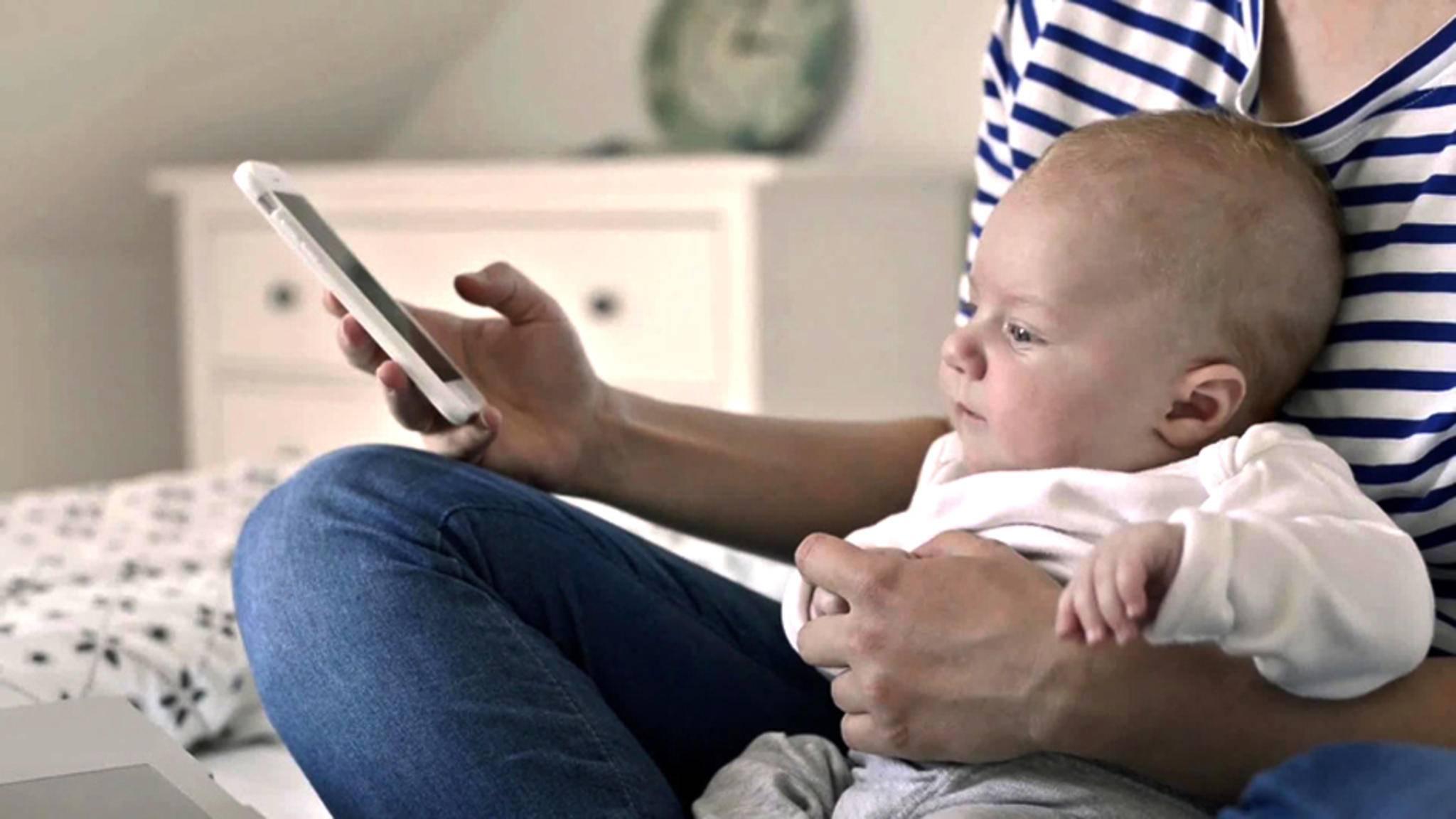Damit Mütter trotz Nachwuchs ein soziales Leben haben, gibt es die App Peanut.