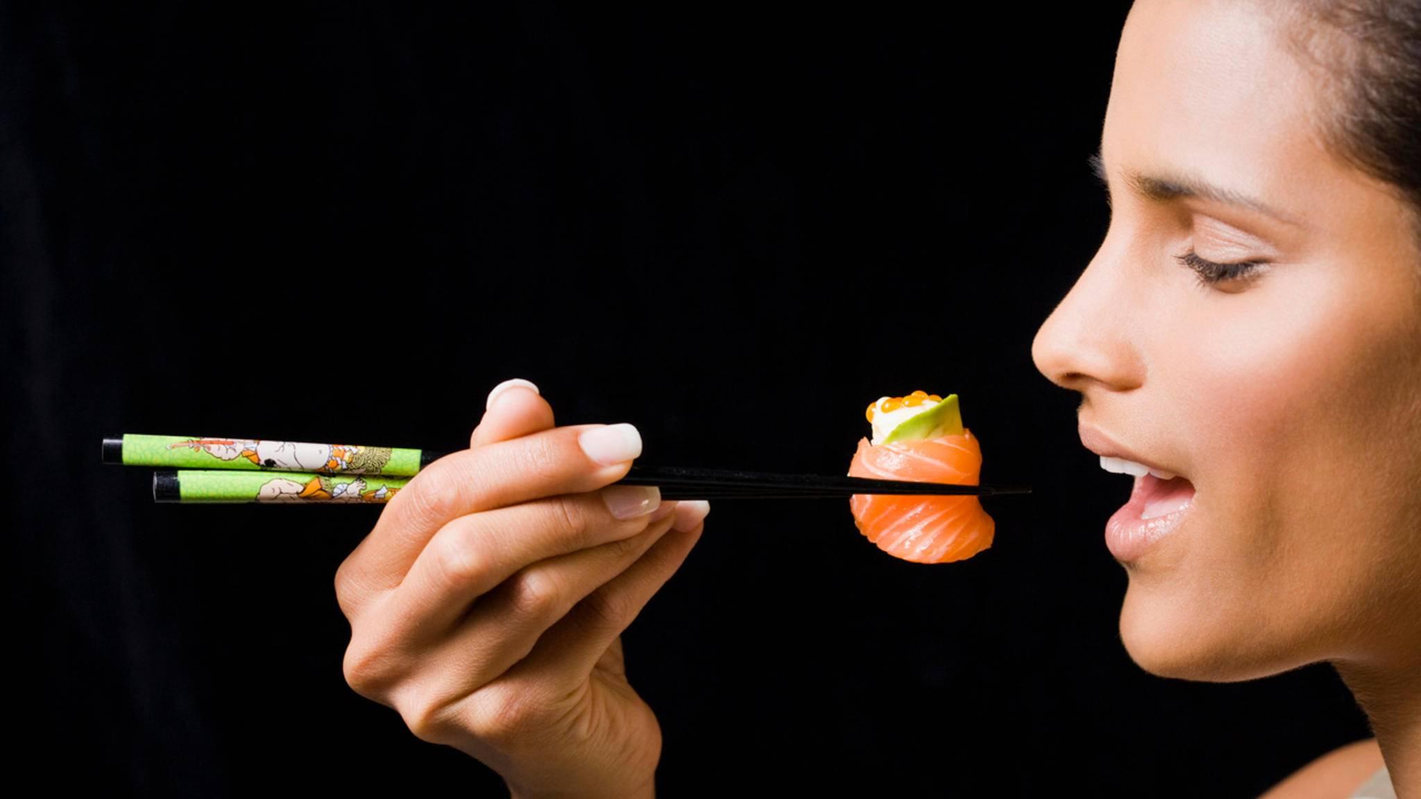 Sushi und andere asiatische Spezialitäten isst man mit Essstäbchen. Hier erfährst Du, wie das geht!