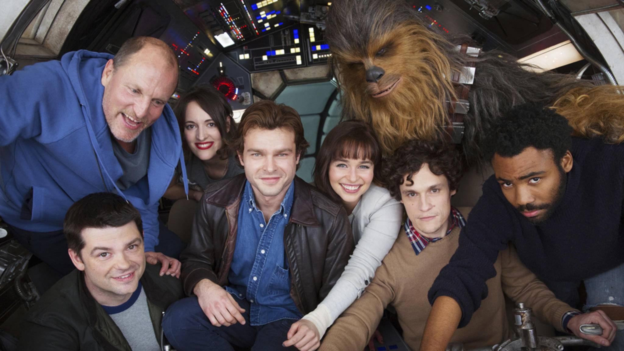 Auf einem Gruppenfoto posierten Chewbacca und Lando-Calrissian-Darsteller Donald Glover (r.) bereits. Neue Bilder zeigen sie in Aktion.