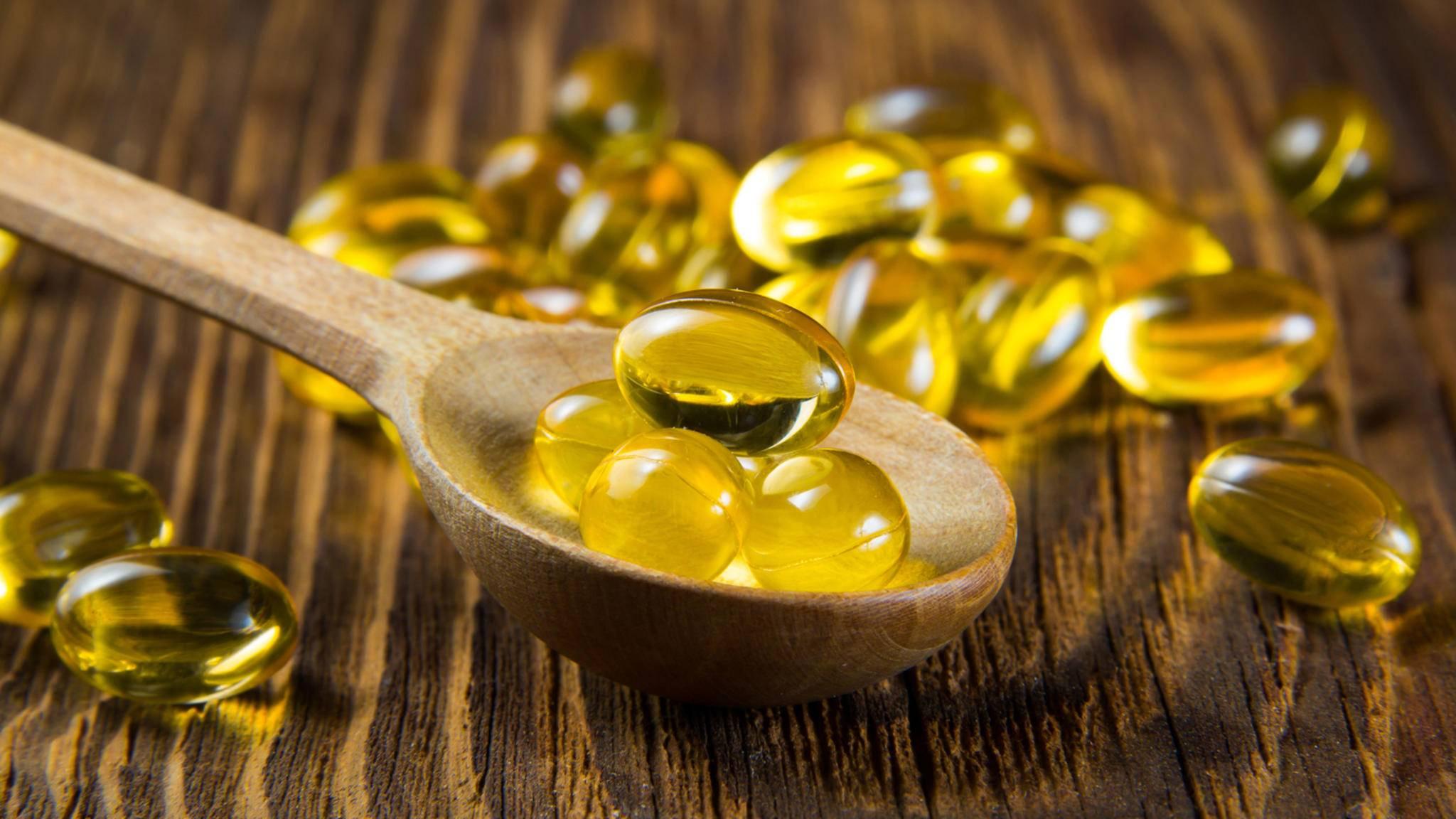 Wer unter einem Mangel leidet, kann Vitamin D zum Beispiel in Form von Dragees zu sich nehmen.