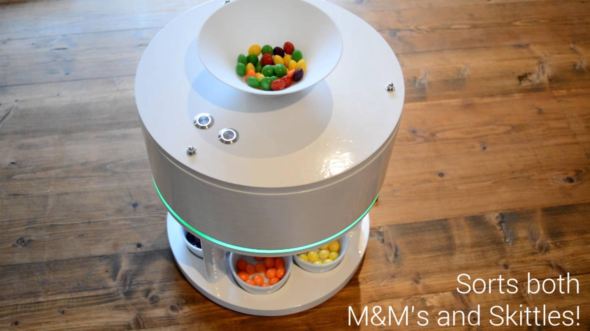 Diese Maschine macht Schluss mit dem bunten Durcheinander in der M&M-Packung.