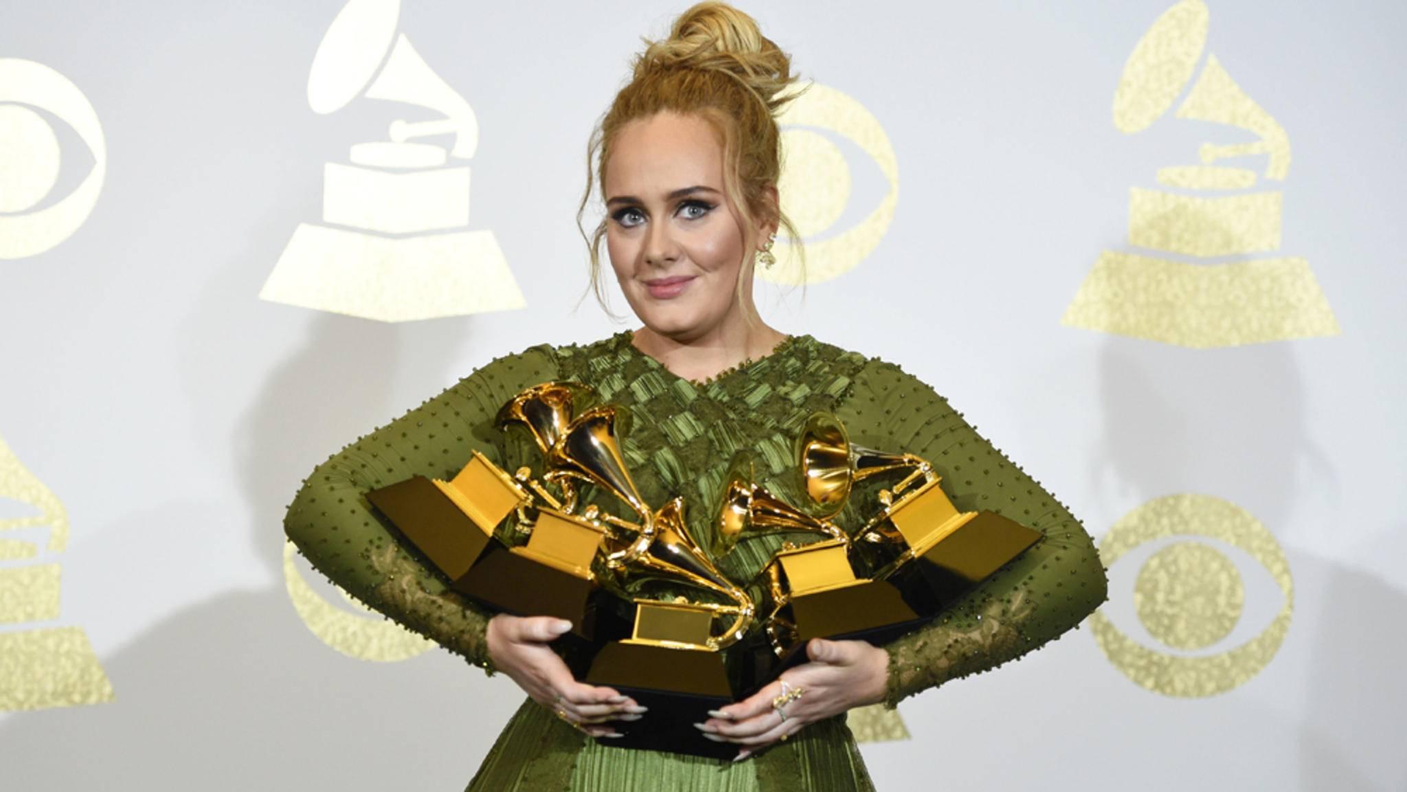 Alle Hände voll Ruhm: Adele bei den Grammys 2017.