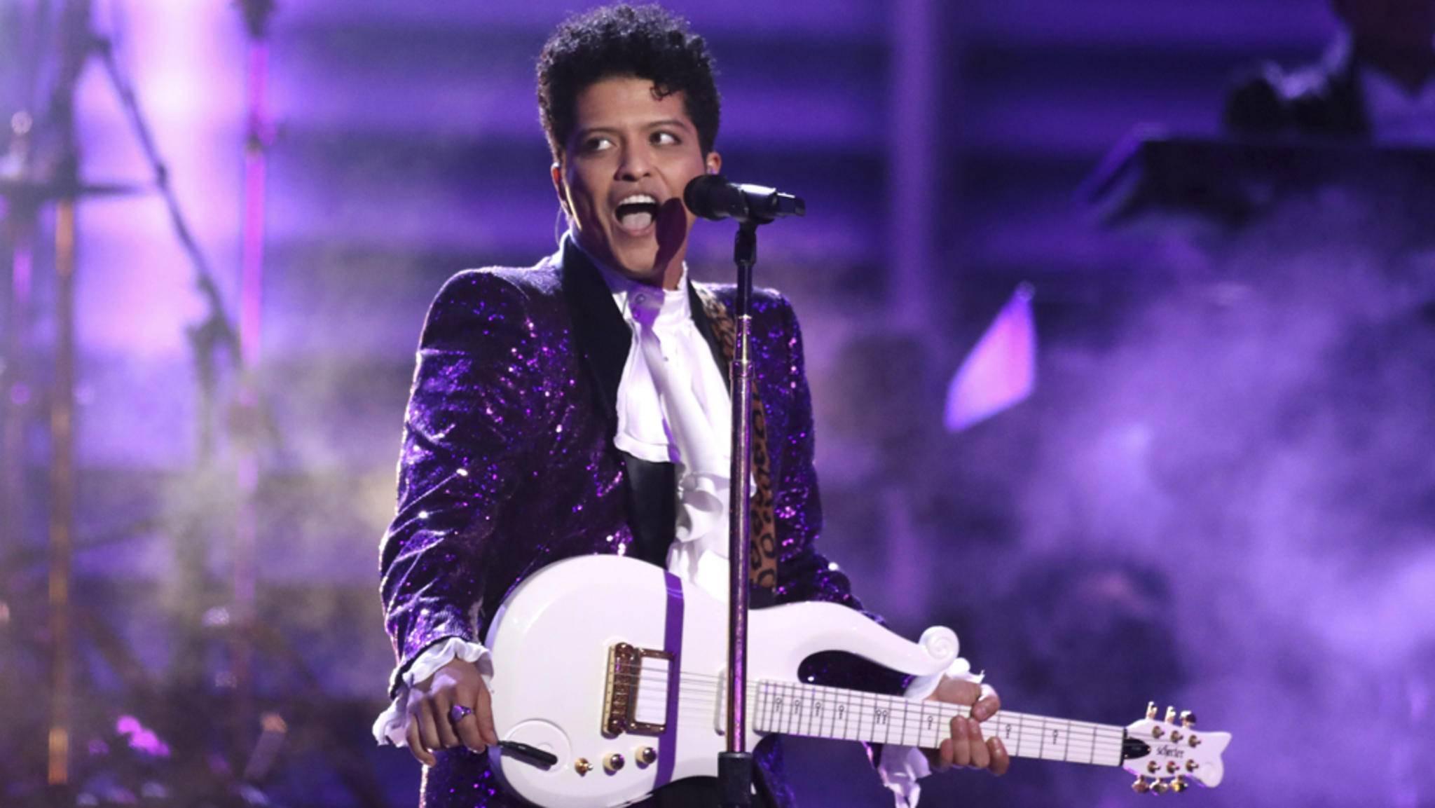 """""""Let's Go Crazy!"""": Bruno Mars coverte bei den Grammys 2017 sein Vorbild Prince."""