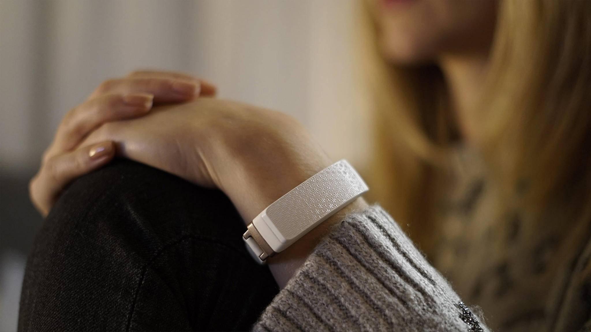 Mit dem Armband HEY sollen Verliebte sich elektronisch drücken können.