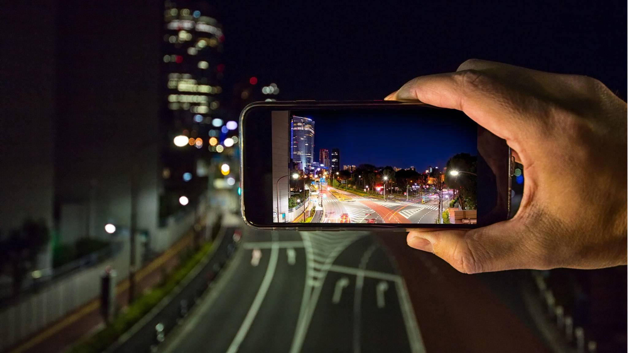 Wer mit dem iPhone bei Dunkelheit gute Fotos knipsen will, muss einige Dinge beachten.