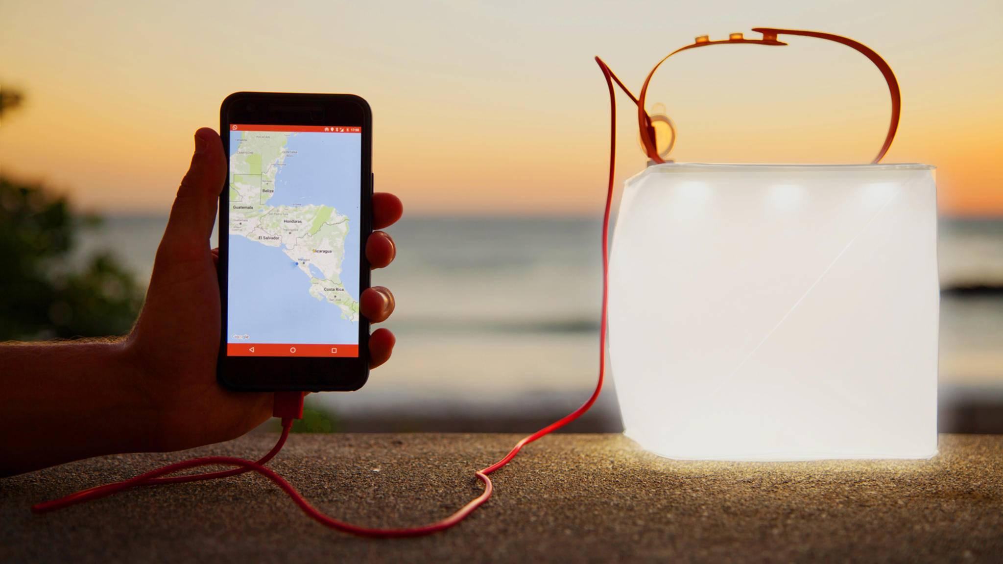 Mit PackLite Max geht Dir nicht nur ein Licht auf – Du kannst auch Dein Smartphone laden.