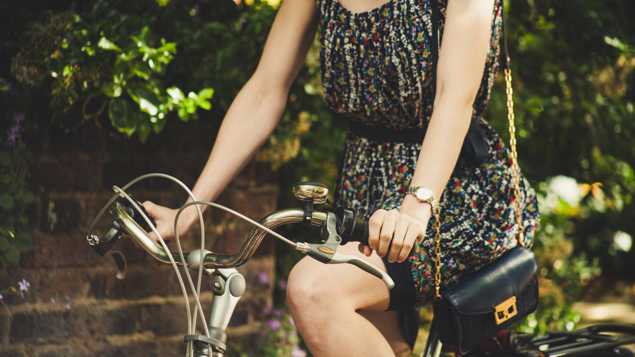 Radfahren im Kleid oder Rock ist dank eines einfachen Lifehacks kein Problem mehr.