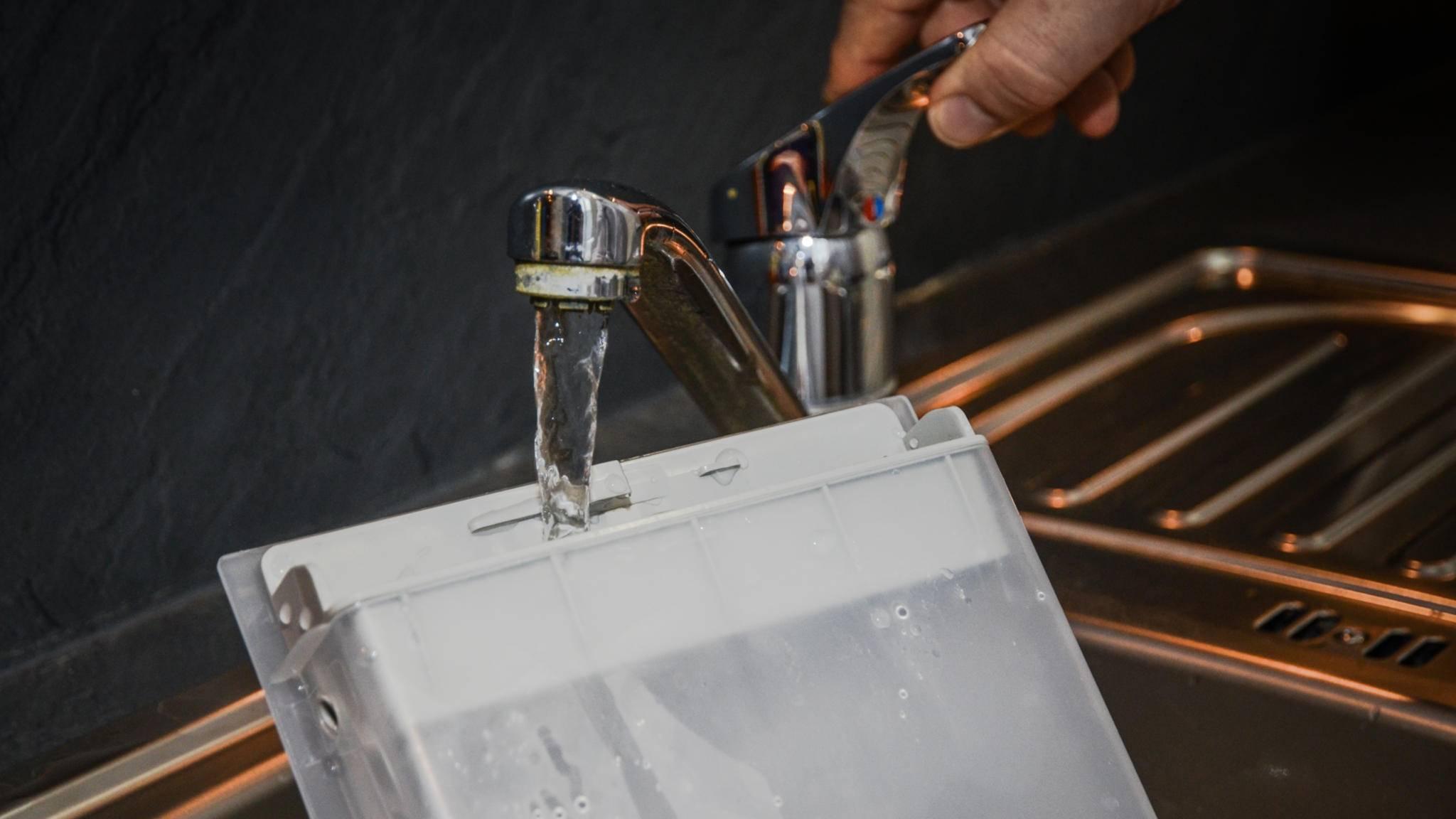 Zuerst wird Wasser eingefüllt, ...