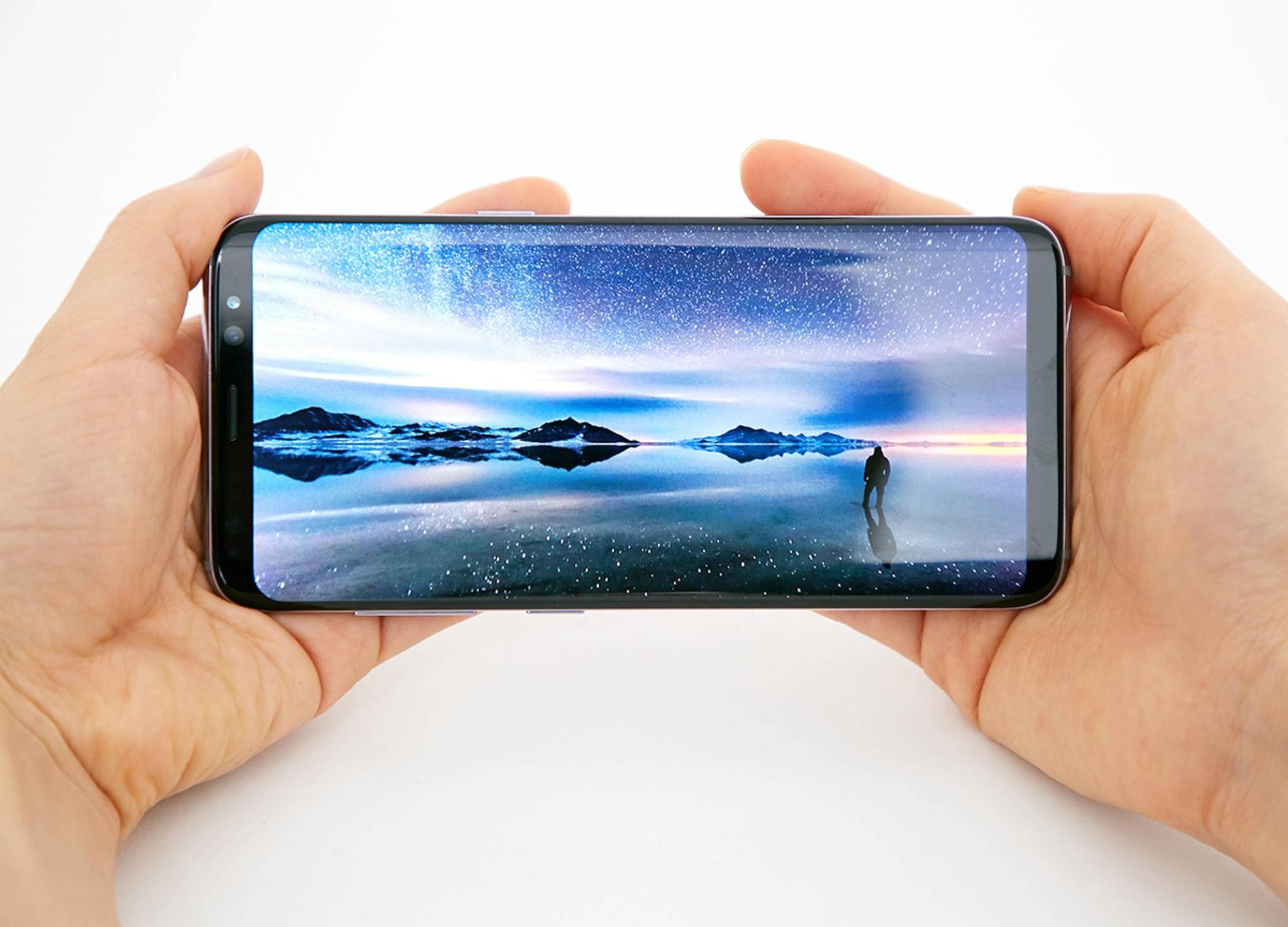 Drehst Du das Smartphone auf die Seite, sollte sich auch die Bildschirmansicht drehen.