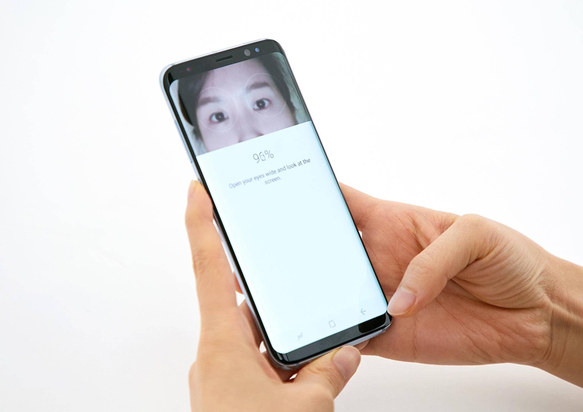 Neben dem Iris-Scan bietet das Galaxy S8 auch die Gesichtserkennung als Weg zum Entsperren des Smartphones an.