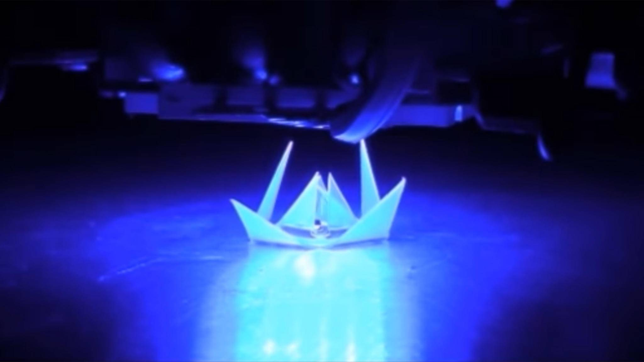 Diese Origami-Lotusblüte kann sich selbst falten.