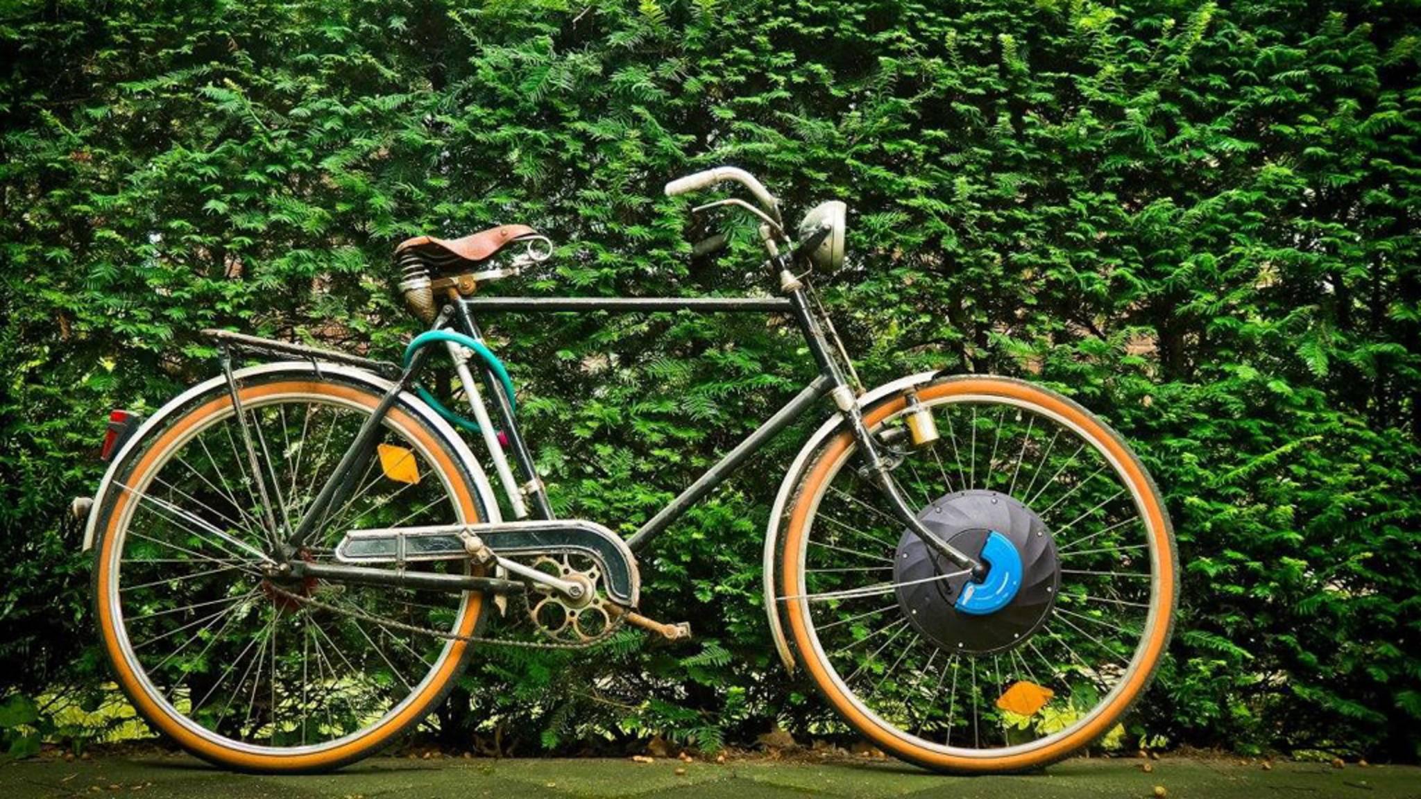 Fast nicht zu erkennen: Das Vorderrad dieses Fahrrads macht es zum E-Bike.