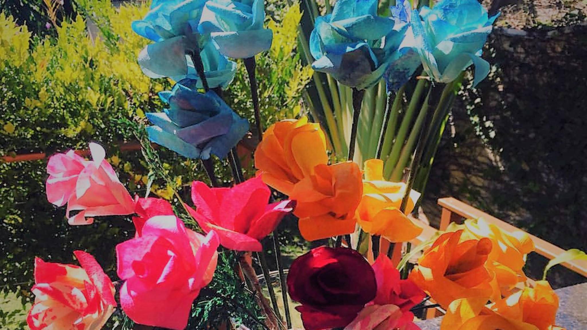 Dieses farbenfrohe Bouquet besteht aus eingefärbten Kaffeefiltern.