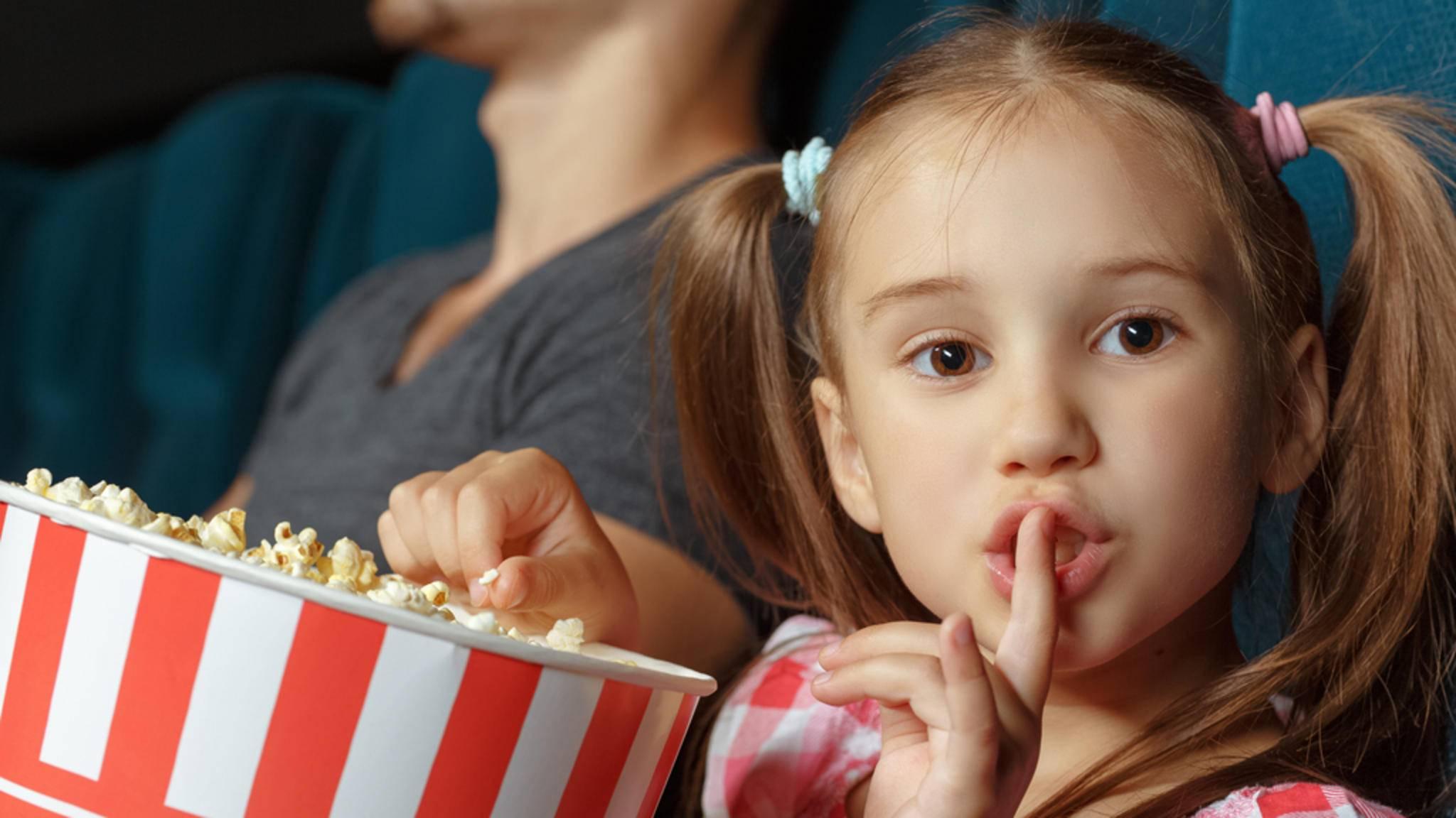 Genau, kleines Mädchen. Du hast es begriffen. Im Kino hat man die Klappe zu halten!