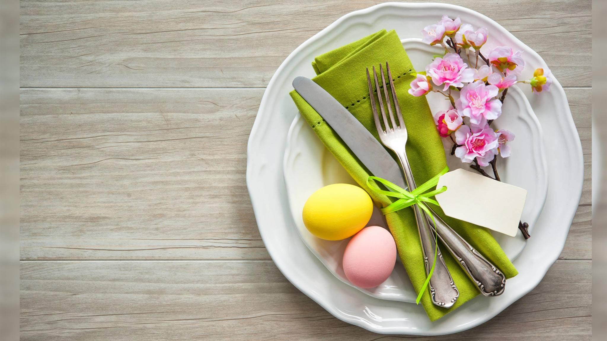 Osterrezepte gibt es für jeden Geschmack, von veganen Süßigkeiten bis hin zum Osterschinken.