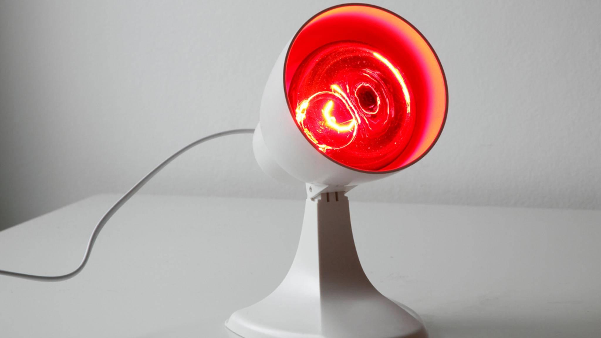 Die Rotlichtlampe kommt gerne bei Erkältungen zum Einsatz, doch das wärmende Licht kann noch mehr.