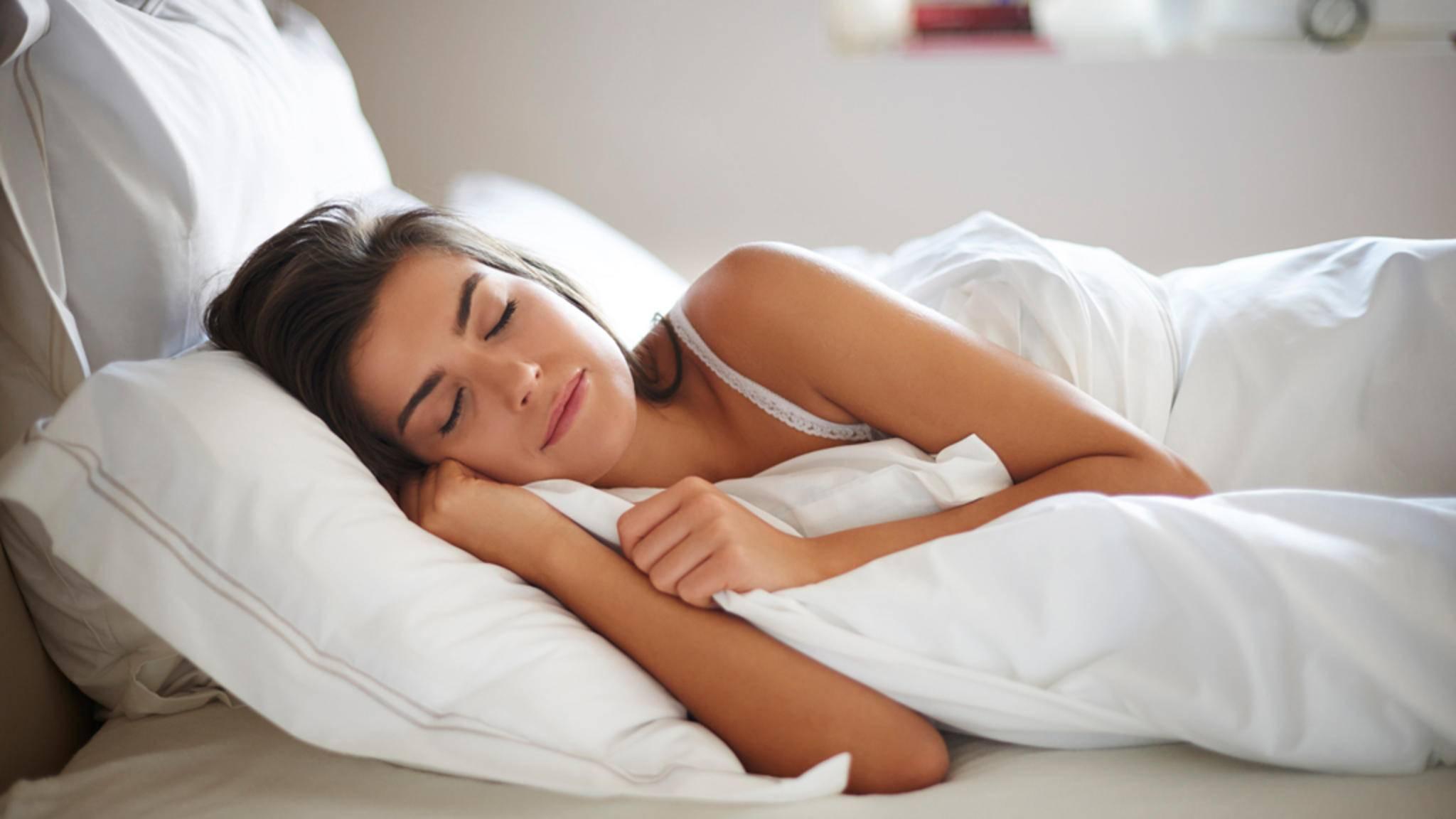 Wer eine genetische Veranlagung zu Übergewicht hat, sollte zwischen sieben und neun Stunden pro Nacht schlafen.